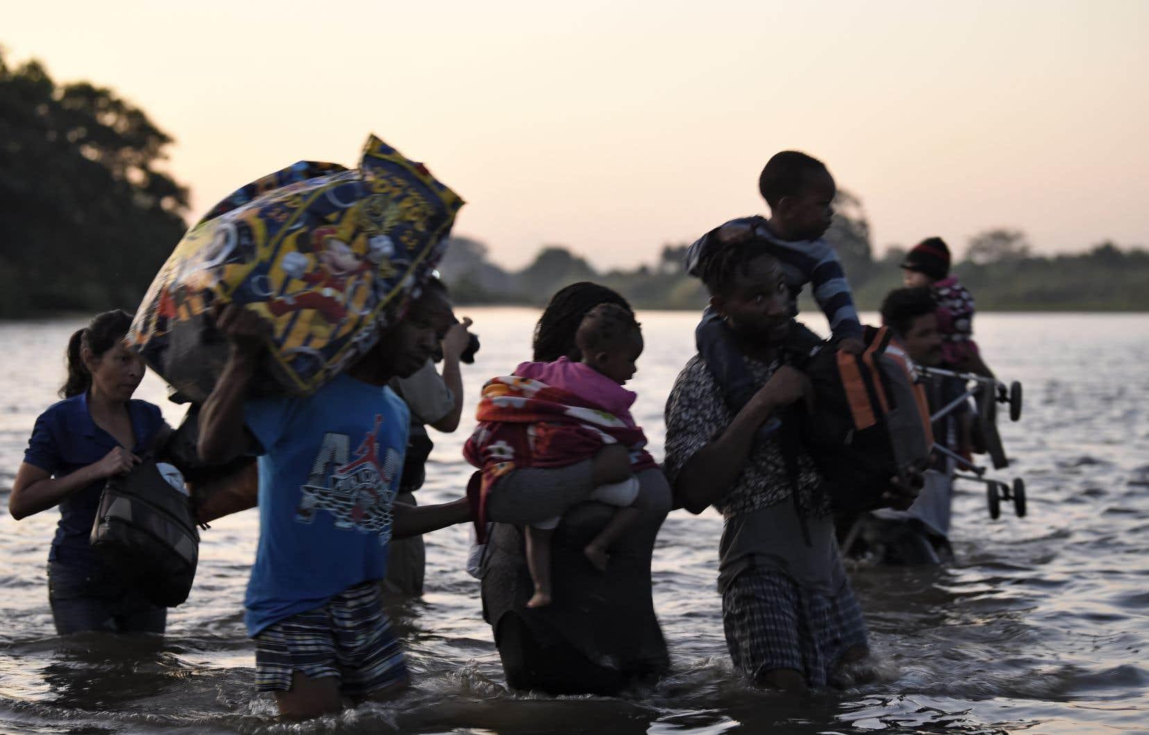 Des migrants d'Amérique centrale traversent le fleuve Suchiate de Tecun Uman, à Ciudad Hidalgo, pour se rendre dans l'État du Chiapas, au Mexique, le 23 janvier 2020.