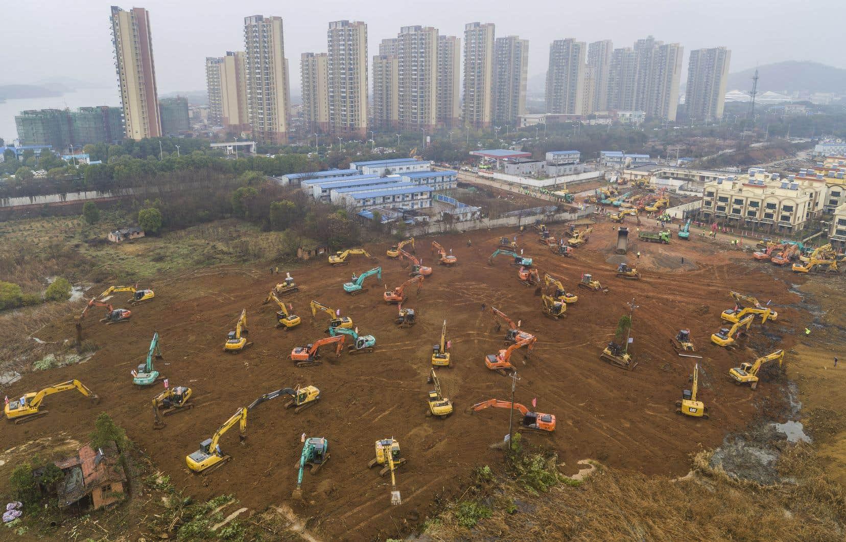 <p>Des dizaines d'engins de chantier étaient occupés à préparer le terrain sur lequel doit s'élever l'établissement dans cette ville de 11millions d'habitants au cœur de l'épidémie.</p>