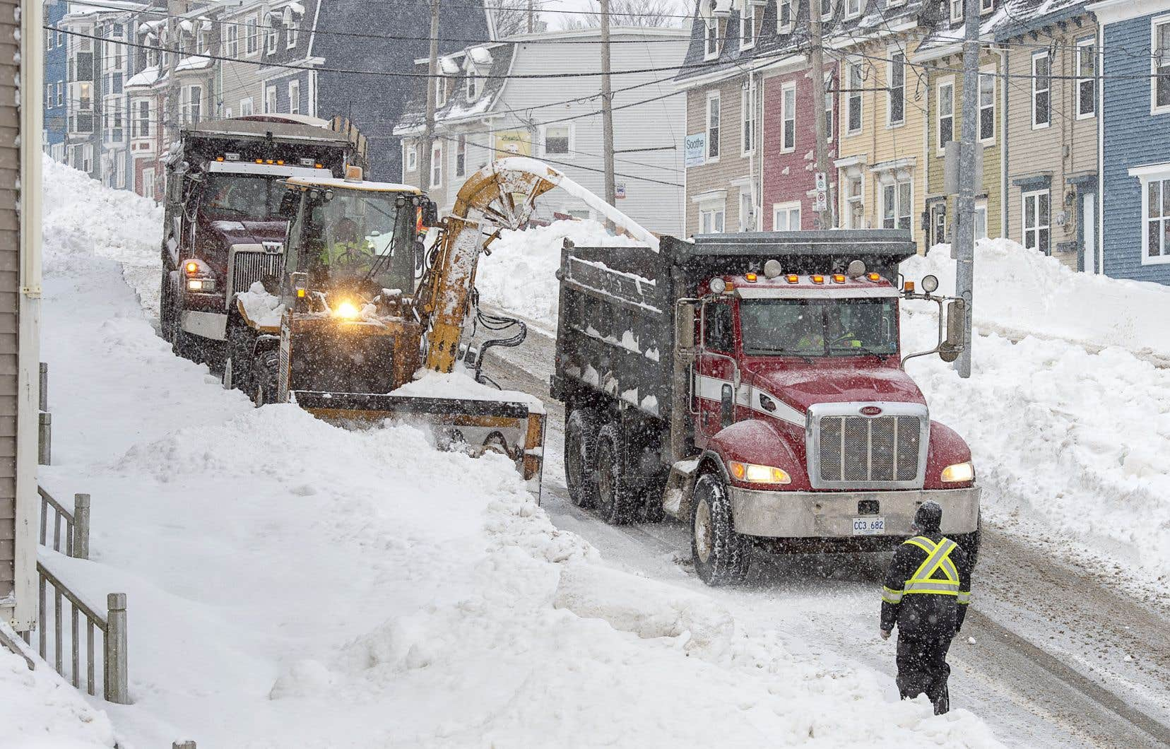 L'est de l'île a été frappé par une tempête qui a laissé plus de 76 centimètres de neige au sol.