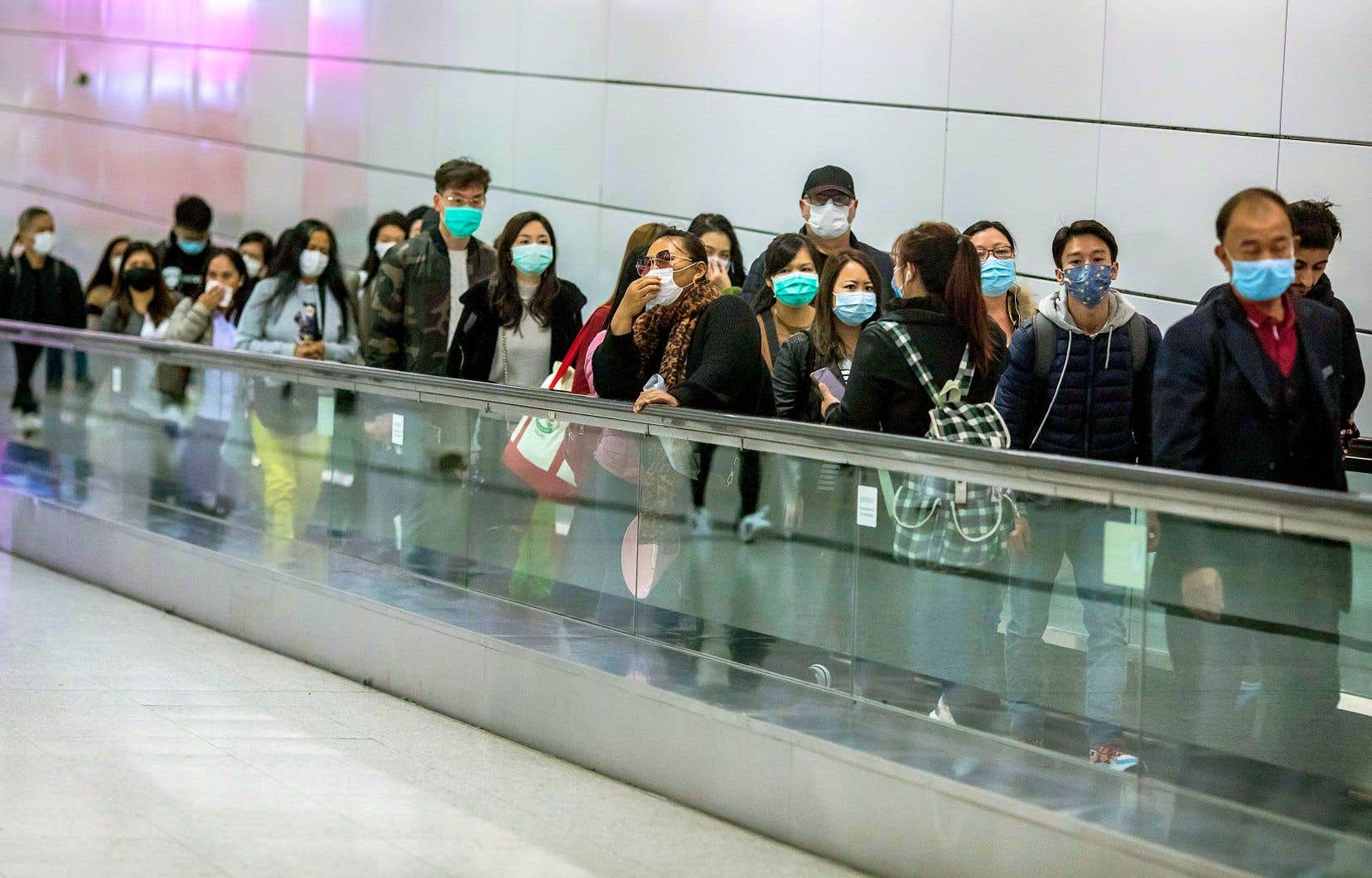 Des voyageurs dans une station de train à Hong Kong pendant les célébrations du Nouvel An chinois.