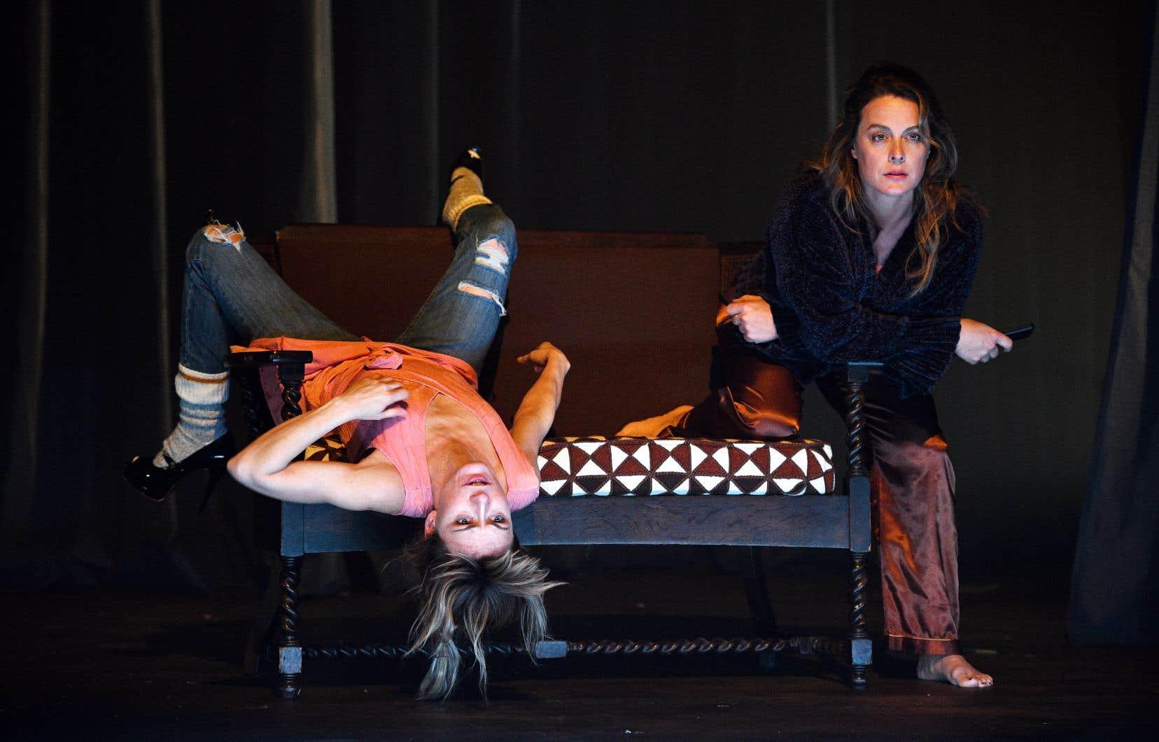 Chez sa sœur Flo (Evelyne Rompré), Lili (Julie Le Breton) met à jour des manques vertigineux, des vides à combler.