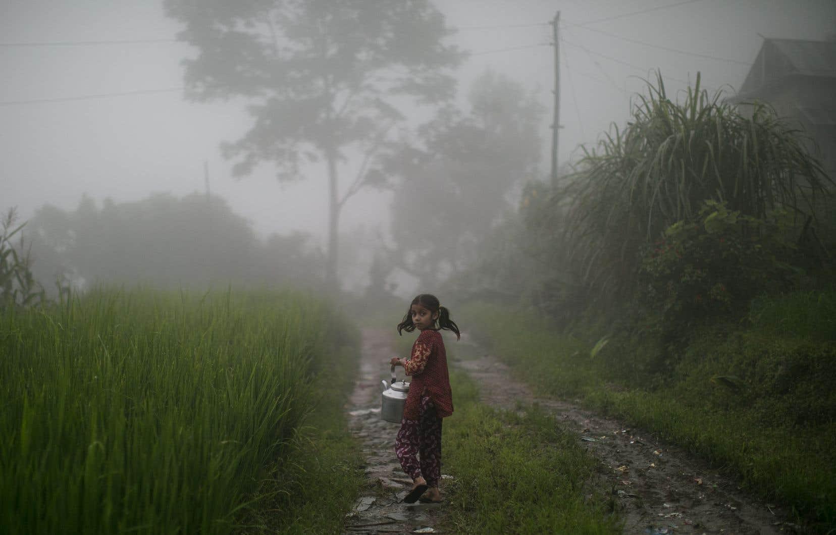Une jeune fille dans un village reculé du district de Lalitpur. Depuis quelques années, la durée et les dates de la mousson au Népal sont modifiées. En septembre les pluies sont encore importantes et ont causé d'importants glissements de terrain dans la région.