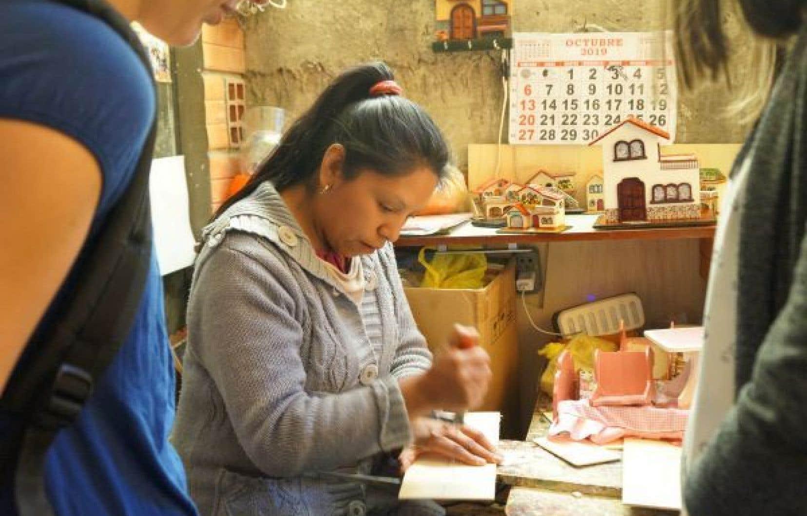 Grâce au programme, des femmes marginalisées apprennent à fabriquer un produit commercialisable et à gérer des microentreprises.