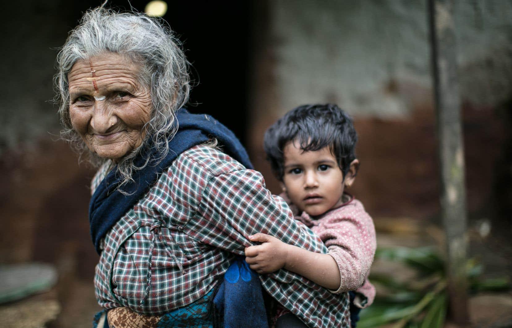 Les populations autochtones qui vivent près de la nature subissent le plus les conséquences du réchauffement climatique.  Sur cette photo, une famille devant sa résidence dans un village reculé du district de Lalitpur, au Népal.