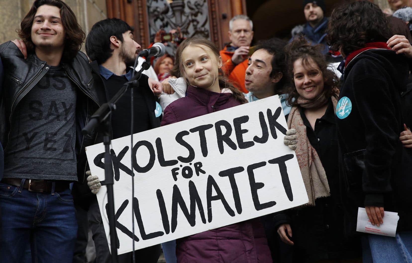 Greta Thunberga été propulsée porte-parole d'une génération hantée par la crise climatique depuis qu'elle a commencé à faire des <em>sit-in</em> devant le Parlement suédois en août 2018 avec un panneau «Grève de l'école pour le climat».