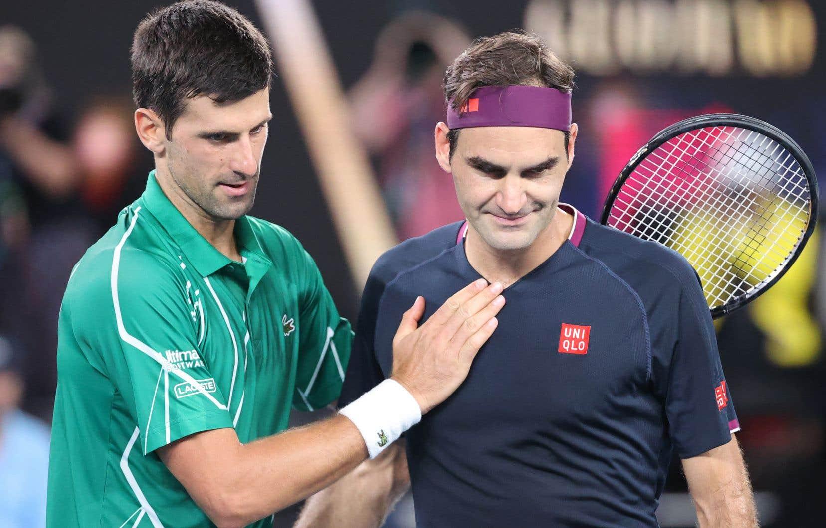 Le Serbe Novak Djokovic (gauche) et le Suisse Roger Federer après leur match de demi-finale, à Melbourne le 30 janvier 2020