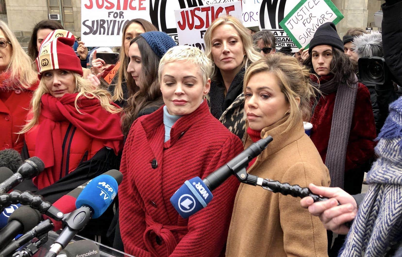 Les actrices Rosanna Arquette (au premier plan, avec un bonnet) et Rose McGowan (au centre) étaient au nombre des dénonciatrices de Harvey Weinstein à s'être présentées devant le tribunal new-yorkais où se déroule son procès.