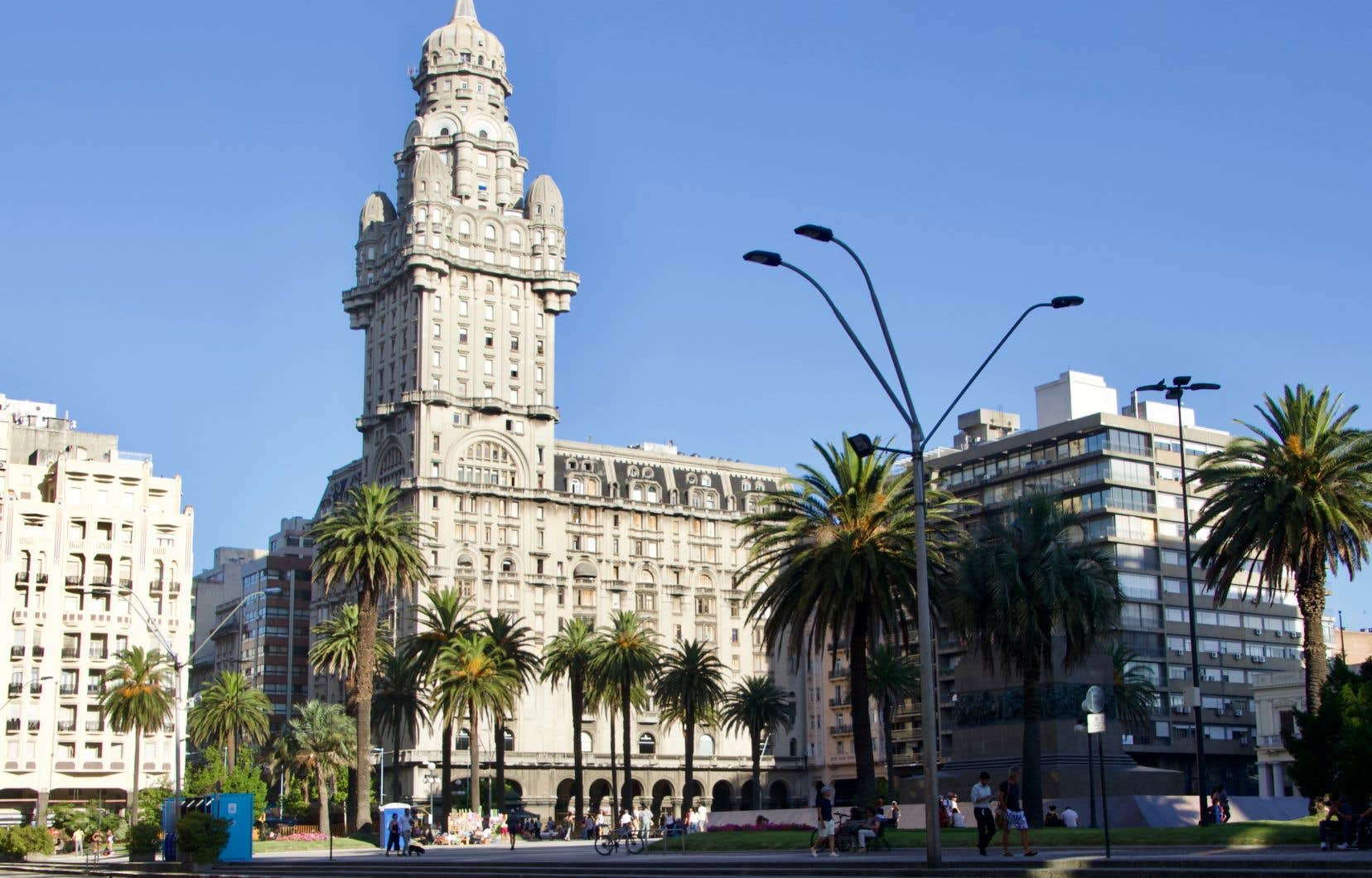 Le Palacio Salvo fait écho au Palacio Barolo, construit en face, à Buenos Aires, en Argentine, par le même architecte, Mario Palanti.