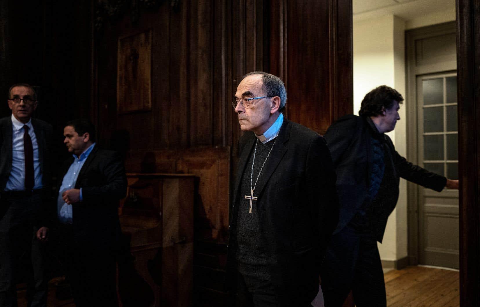 «C'est l'occasion d'ouvrir un nouveau chapitre. De nouveau je vais remettre ma charge d'archevêque de Lyon entre les mains du pape François», annoncé le cardinal Philippe Barbarin.