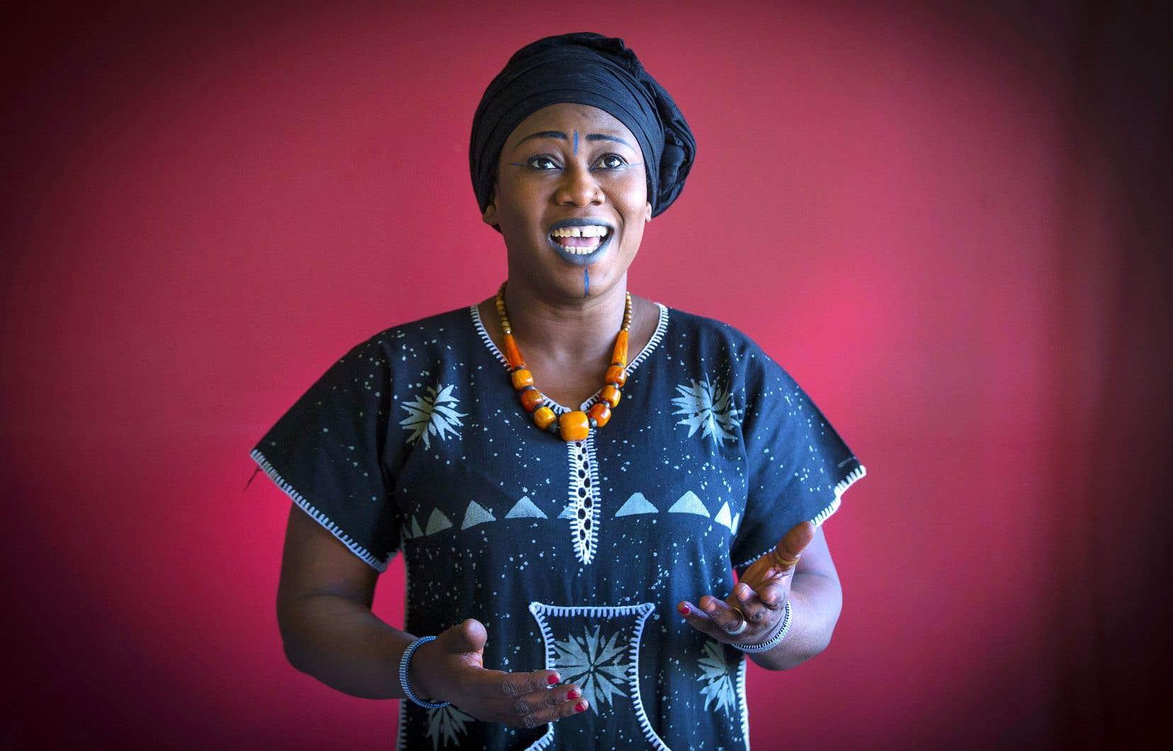 En spectacle comme pour la photo, Dejly Tapa aime bien se maquiller à la façon traditionnelle malienne, même si elle n'utilise pas des traits propres à une région donnée.