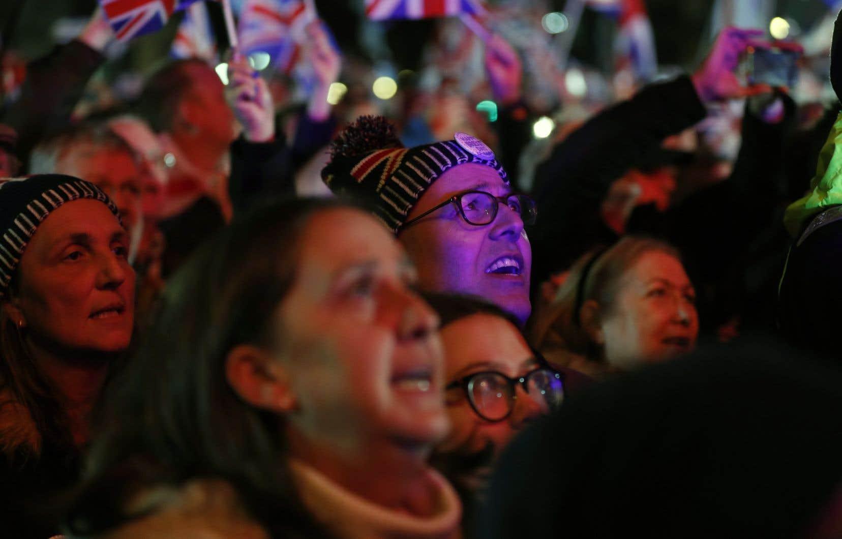 Une foule de milliers de personnes se sont réunies aux abords du Parlement de Westminster, à Londres.