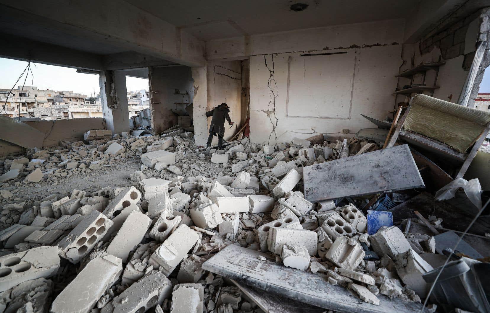 Les combats se poursuivent aux abords de la ville de Saraqeb, quasi déserte après deux semaines de bombardements intenses.