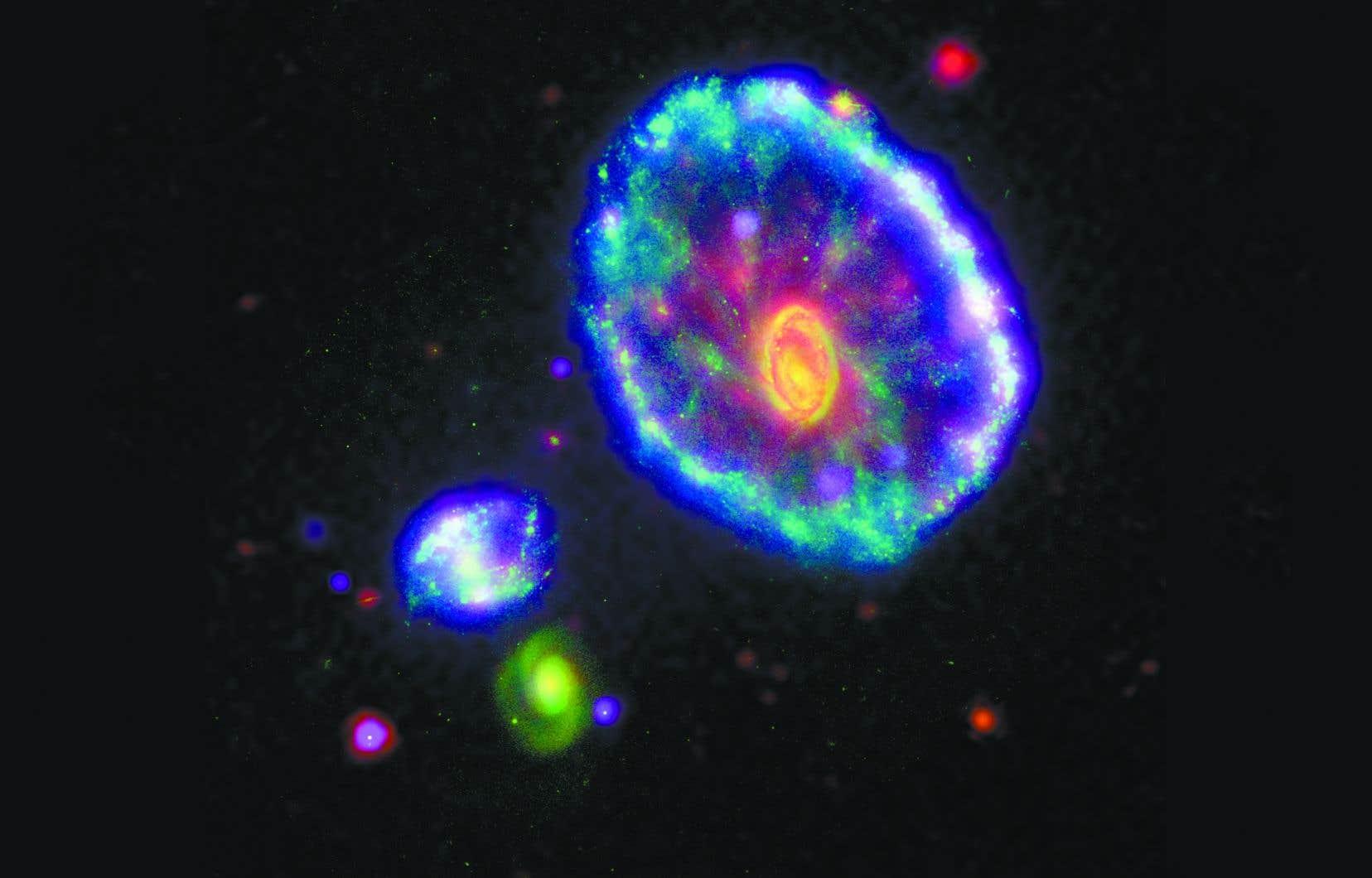 Observée par le télescope spatial Spitzer, la galaxie de la Roue de chariot («Cartwheel galaxy») est une galaxie lenticulaire à anneau située à environ 500millions d'années-lumière du Soleil dans la constellation du Sculpteur. Sa forme actuelle serait issue d'une collision avec une petite galaxie il y a environ 100 ou 200millions d'années.