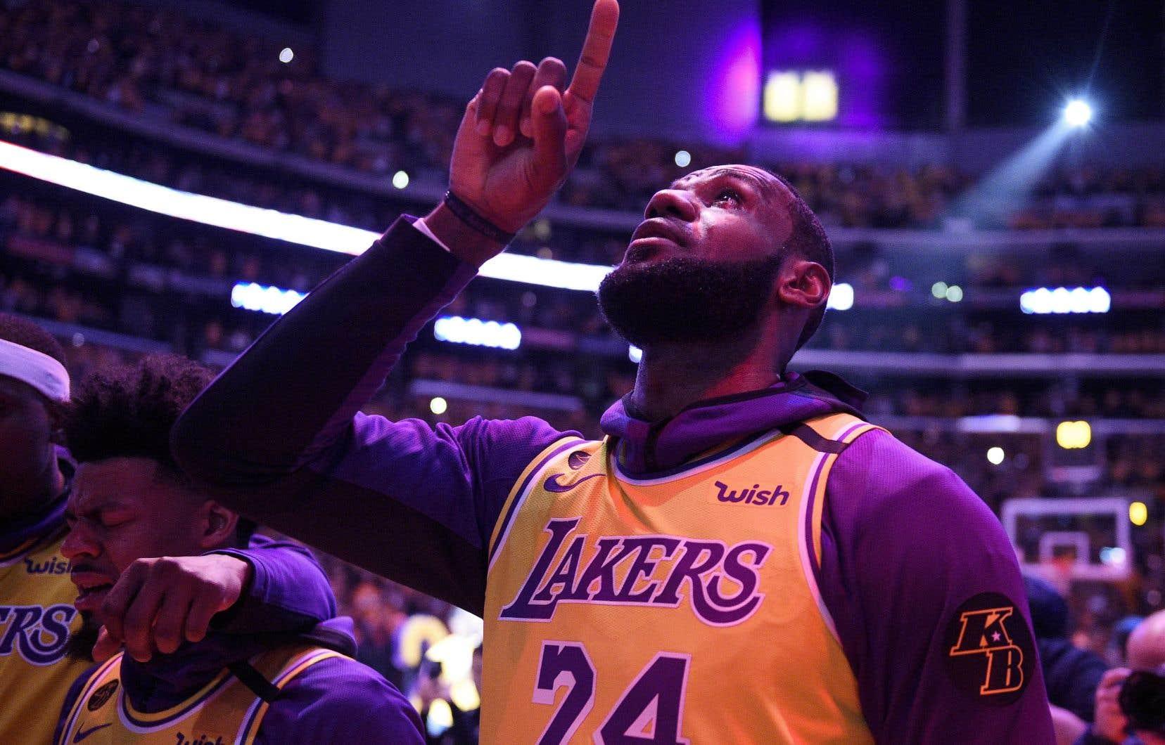 LeBron James était en pleurs pendant l'hymne national, chanté par les Boyz II Men. Mais il a toutefois tenu bon au moment de s'adresser à une «vraie vraie famille», la «Lakers Nation», pour honorer celui qu'il considérait comme «un grand frère».