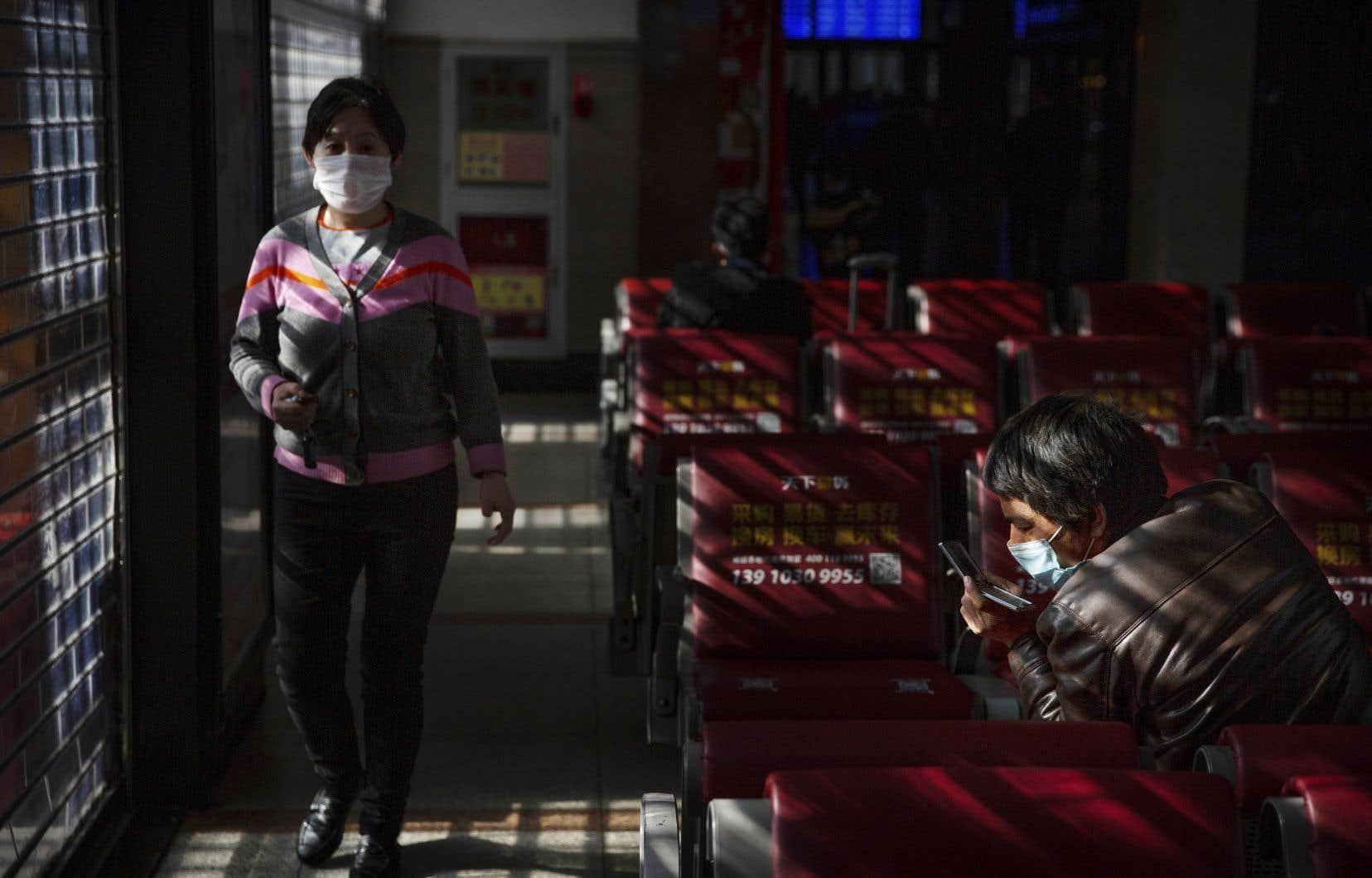 Coronavirus, 304 morts: nouveau record d'infections (12 000), la Chine isolée du reste du monde
