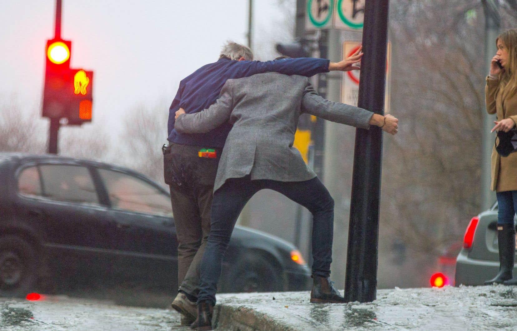 Les risques de chute décuplent en hiver. Des croûtes de glace restent parfois pendant des jours, voire des semaines, sur les trottoirs. Et les conséquences peuvent être plus graves pour une personne âgée. C'est pourquoi Stéphanie Gamache, ergothérapeute et chercheuse postdoctorale, recommande que tout le monde fasse un geste pour aider une personne vulnérable.