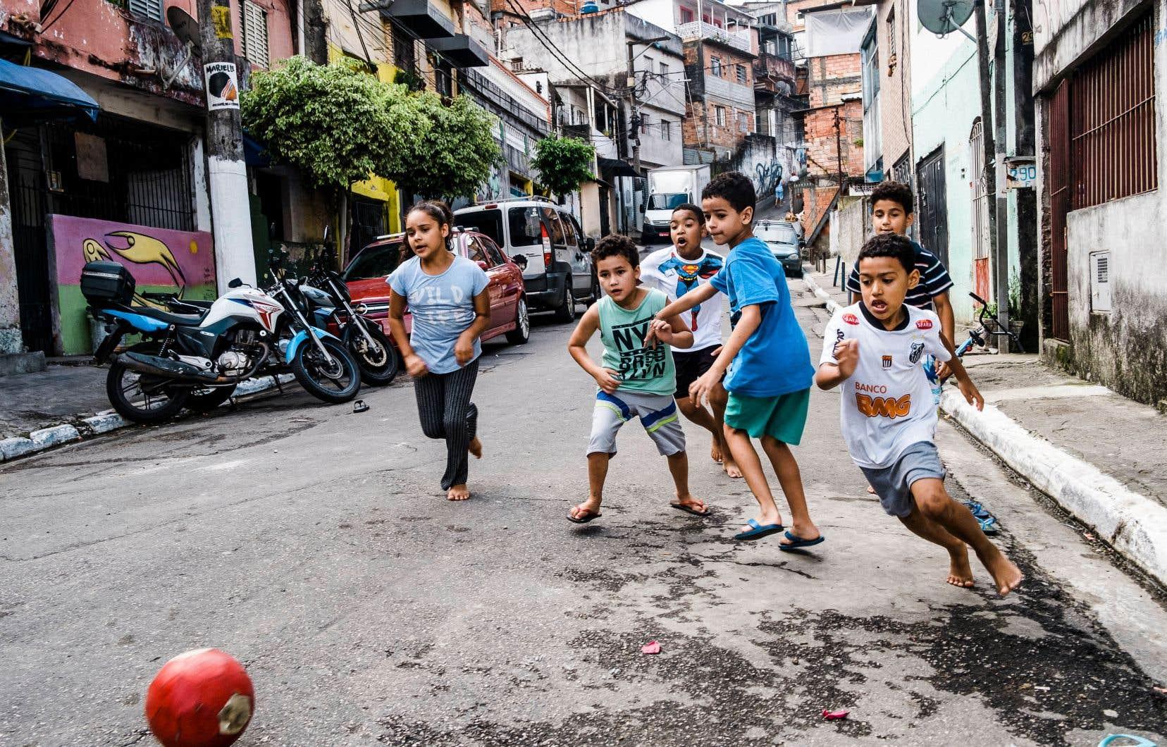 Des enfants jouent au soccer à São Paulo.