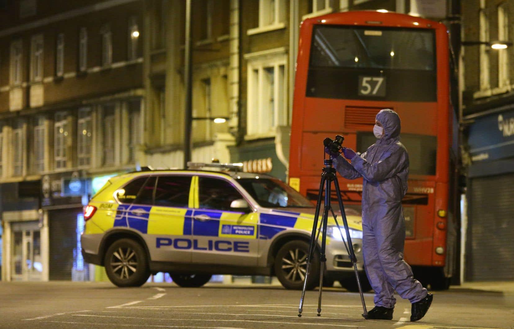 La police a rapidement fermé la rue où l'attaque a eu lieu dimanche pour mener son enquête.