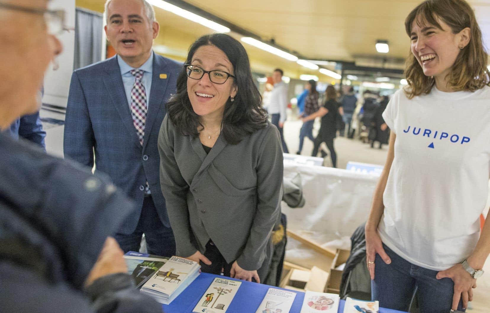 Pour la première fois, une ministre de la Justice s'était déplacée dans le métro pour soutenir l'initiative. Sur la photo, Sonia Lebel (au centre) en compagnie de la directrice générale de l'organisme Juripop,Sophie Gagnon (à droite).