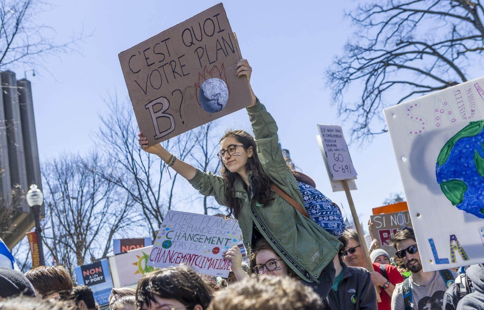 Manifestation devant l'Assemblée nationale à l'occasion du jour de la Terre, en 2019