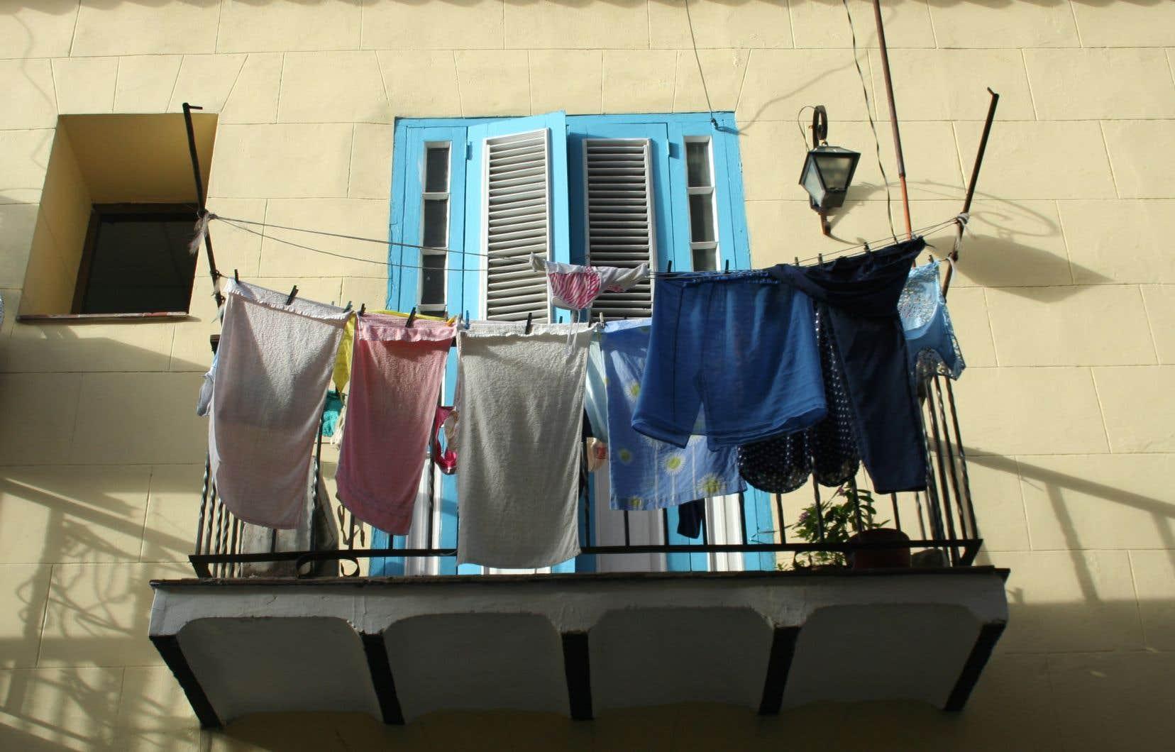C'est lorsque les rues étroites de Habana Vieja sont désertes qu'on peut notamment apprécier la diversité des portes de ce quartier touristique ou capter en photo les cordes à linge colorées qui l'habillent.