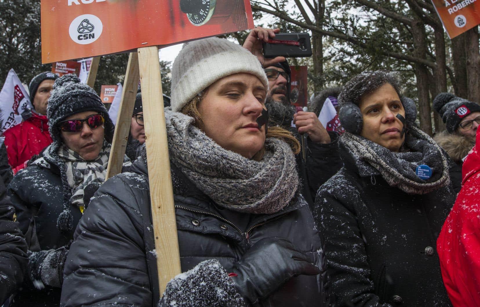 La présidente de la Commission scolaire de Montréal, Catherine Harel Bourdon a participé à une manifestation, aux côtés de syndiqués du milieu scolaire, pour dénoncer l'adoption sous bâillon du projet de loi 40.