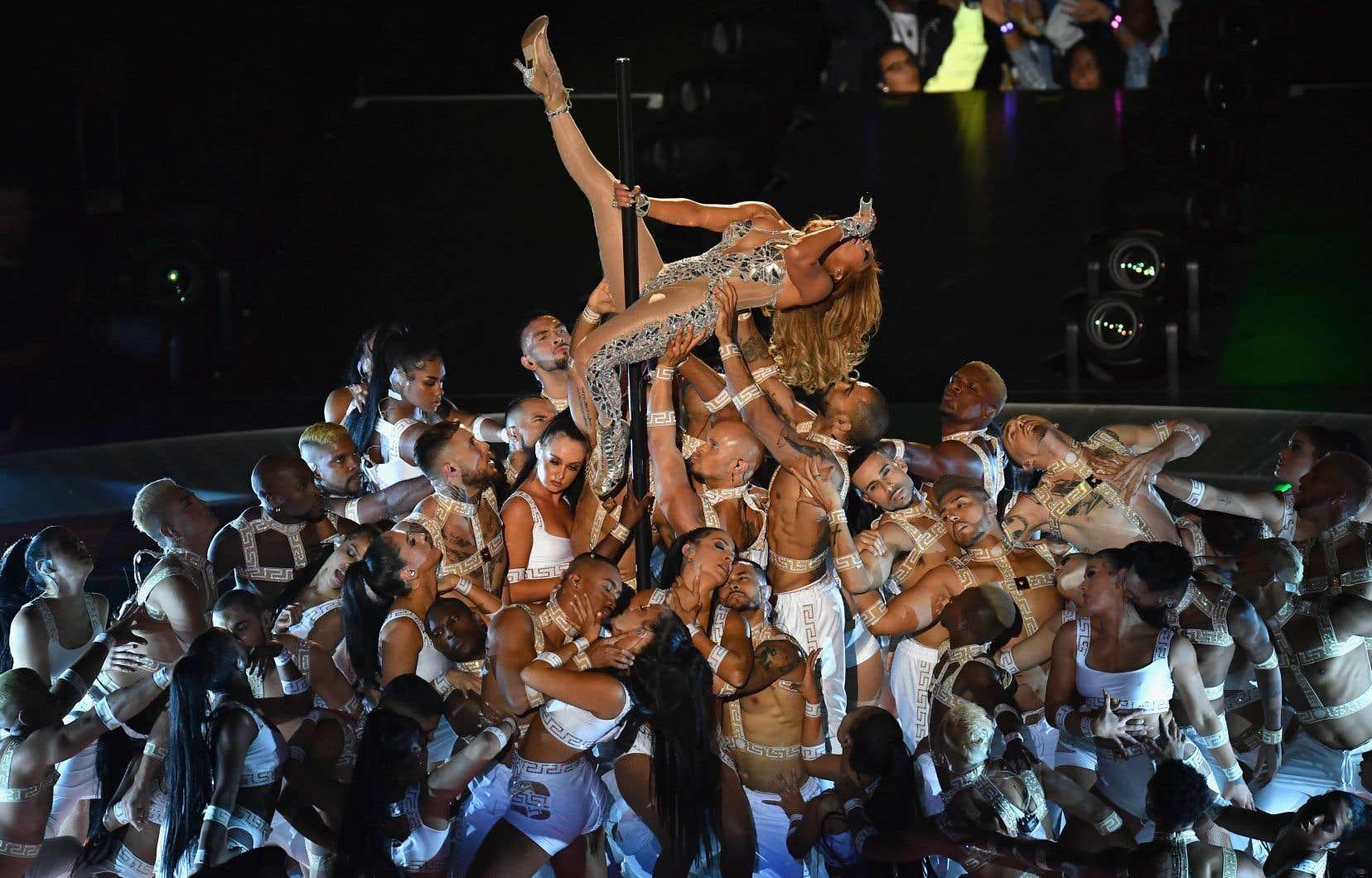 «JLO [Jennifer Lopez] est presque nue sur scène et se trémousse autour d'un poteau. Est-ce nécessaire d'aller si loin dans l'exacerbation de la sexualité?», s'interroge l'auteure.