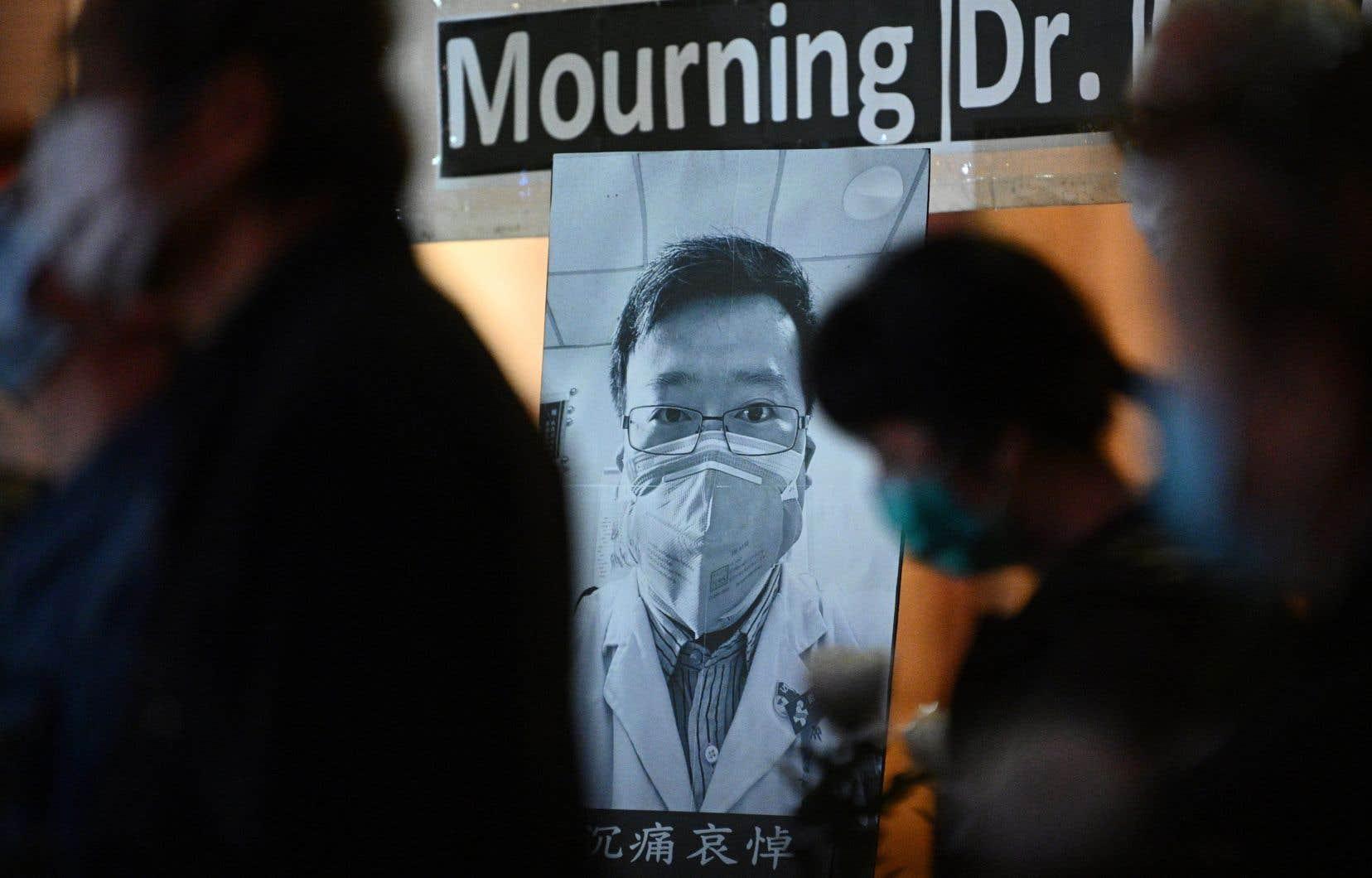 Plusieurs personnes ont participé vendredi à une vigie en l'honneur du docteur Li Wenliang, qui avait donné l'alerte fin décembre après l'apparition du virus.