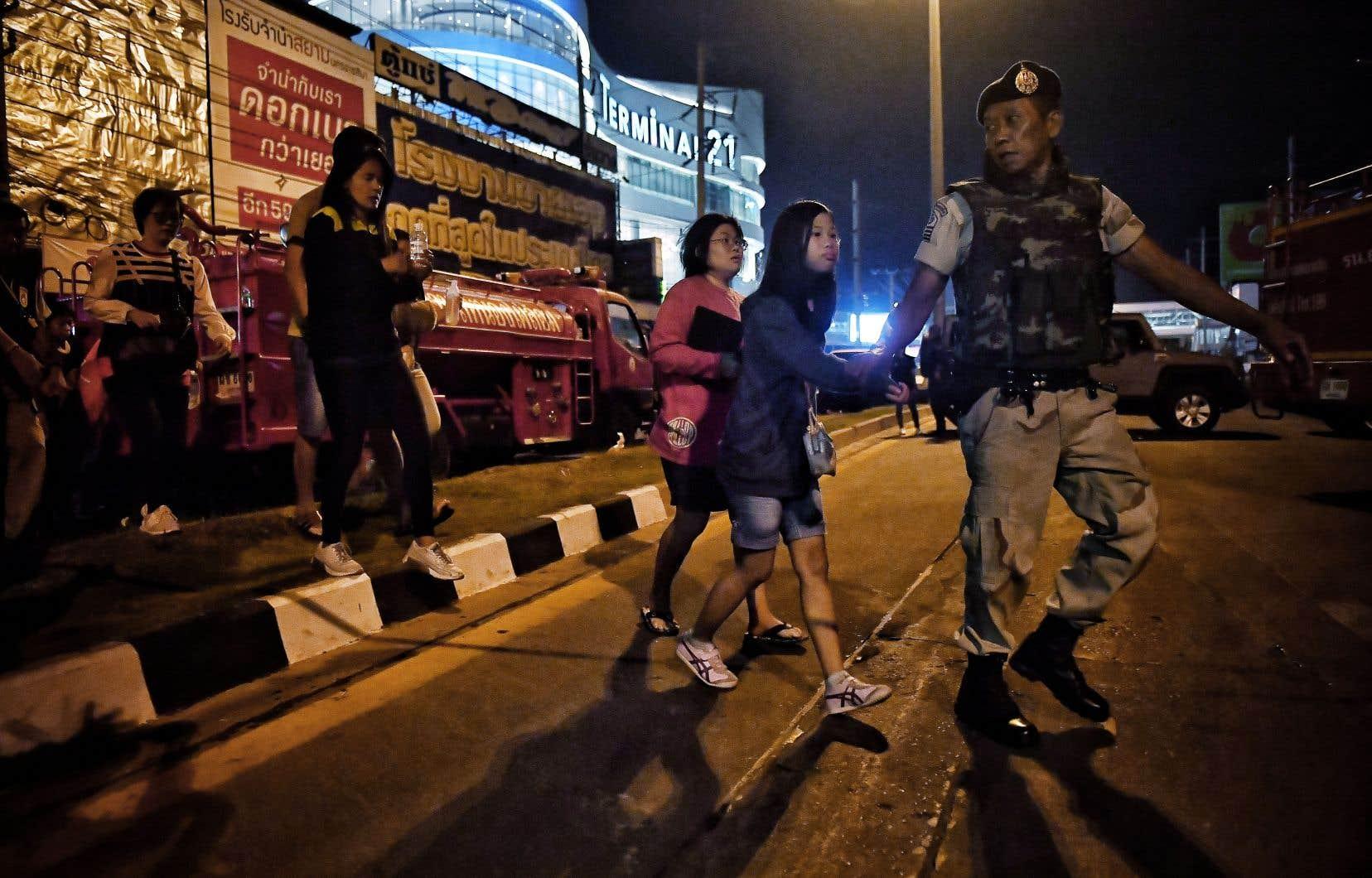 Dans la nuit, des dizaines de clients terrifiés étaient évacués du très populairecentreTerminal 21 de Nakhon Ratchasima, dont la police a déclaré avoir «pris le contrôle» du rez-de-chaussée.