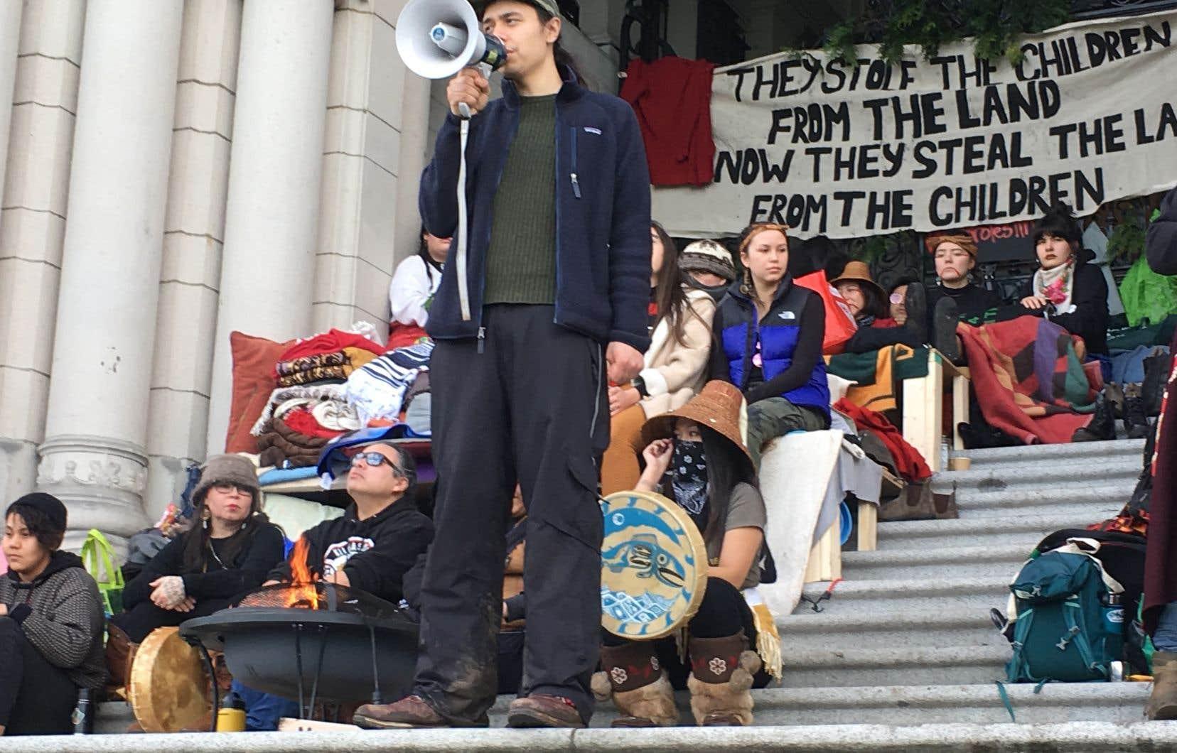 Kolin Sutherland-Wilson s'est adressé aux quelque 300 manifestants pour comparer la présence policière à une invasion militaire. «Nous en sommes au troisième jour d'une invasion, a-t-il lancé. Ce que le Canada est prêt à faire au peuple Wet'suwet'en est ce qu'il est prêt à faire à nous tous. Nous ne reculerons pas parce que nos ancêtres n'ont jamais reculé.»
