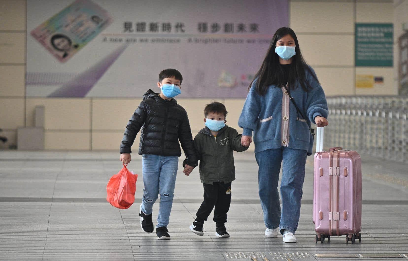 À Hong Kong,toute personne arrivant de Chine continentale doit depuis samedi s'isoler deux semaines chez elle, à l'hôtel ou dans tout autre hébergement. Les récalcitrants encourent six mois de prison.