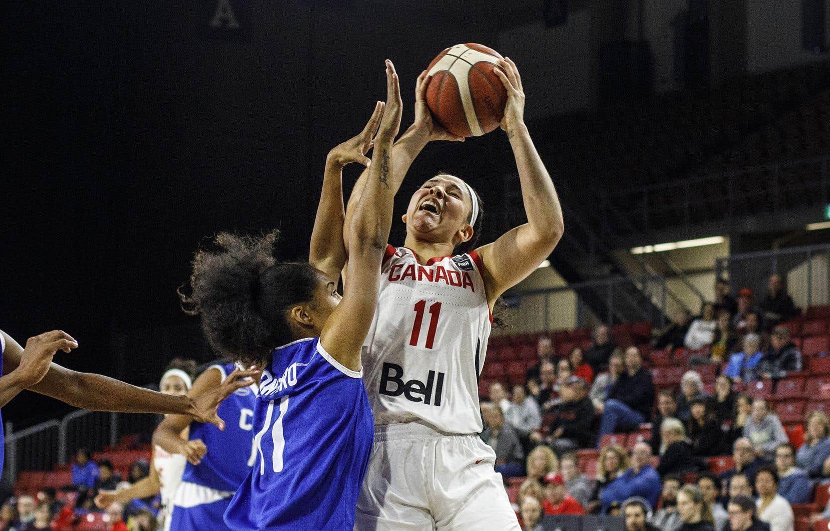 Dans ce match de qualification contre la Suède, Natalie Achonwa (que l'on voit ici dans un match contre Cuba en novembre) a marqué 24 des 80 points obtenus par les Canadiennes.