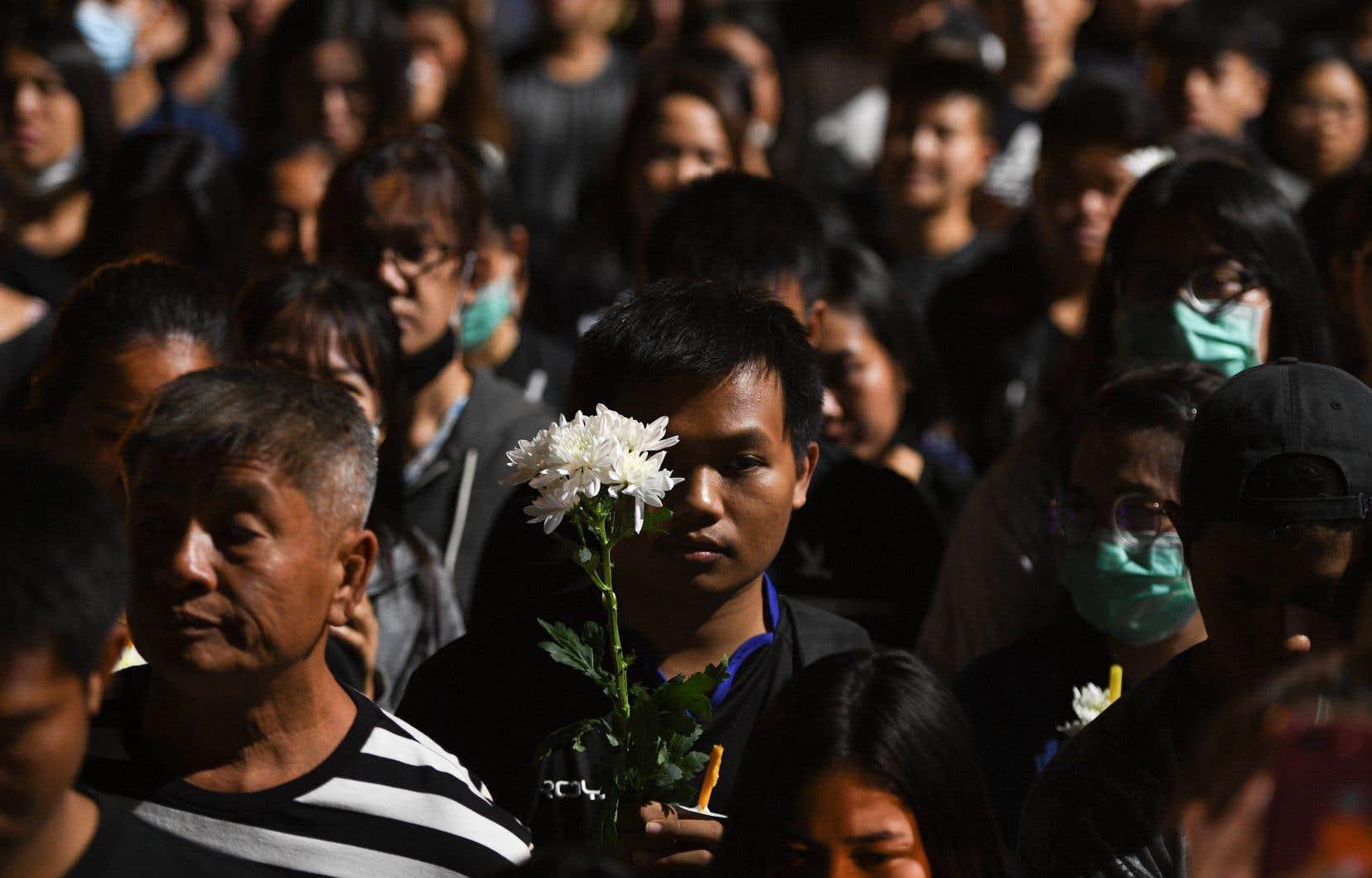 <p>Dimanche, des centaines de personnes se sont rassemblées près du centre commercial, ont allumé des bougies et prié en mémoire des victimes alors que des moines récitaient des prières.</p>