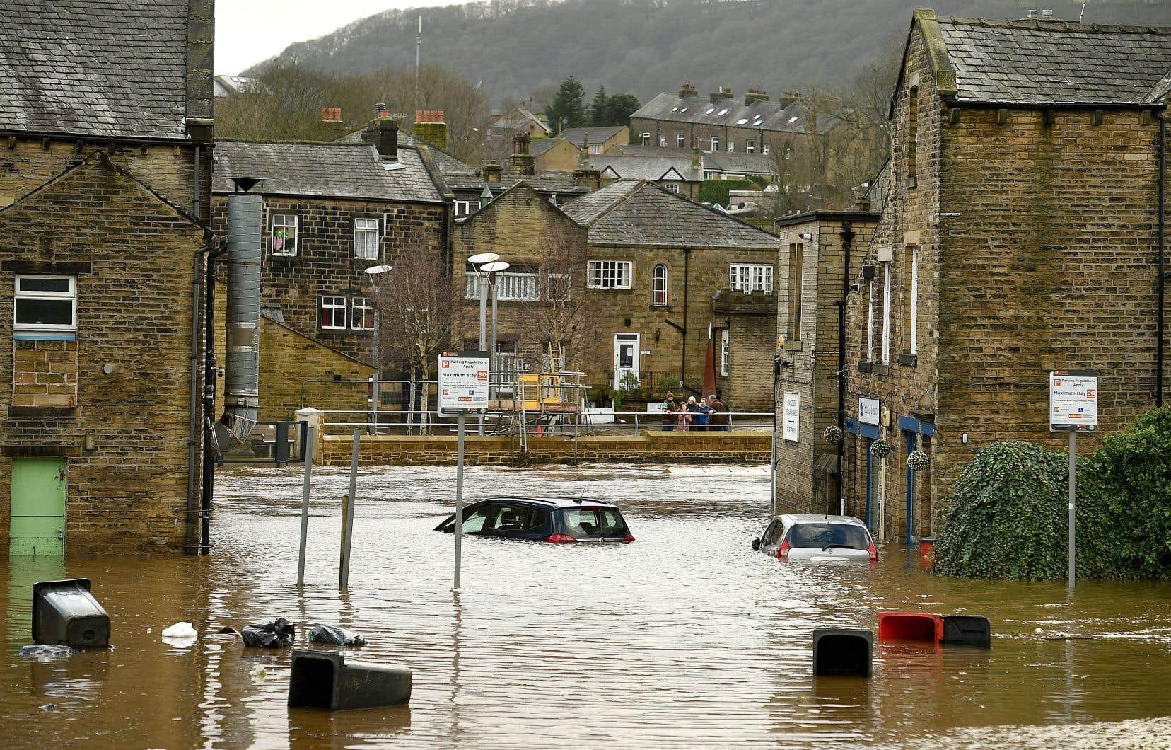 Des rues étaient submergées dimanche à Mytholmroyd au centre de la Grande-Bretagne après que la rivière Calder fut sortie de son lit.