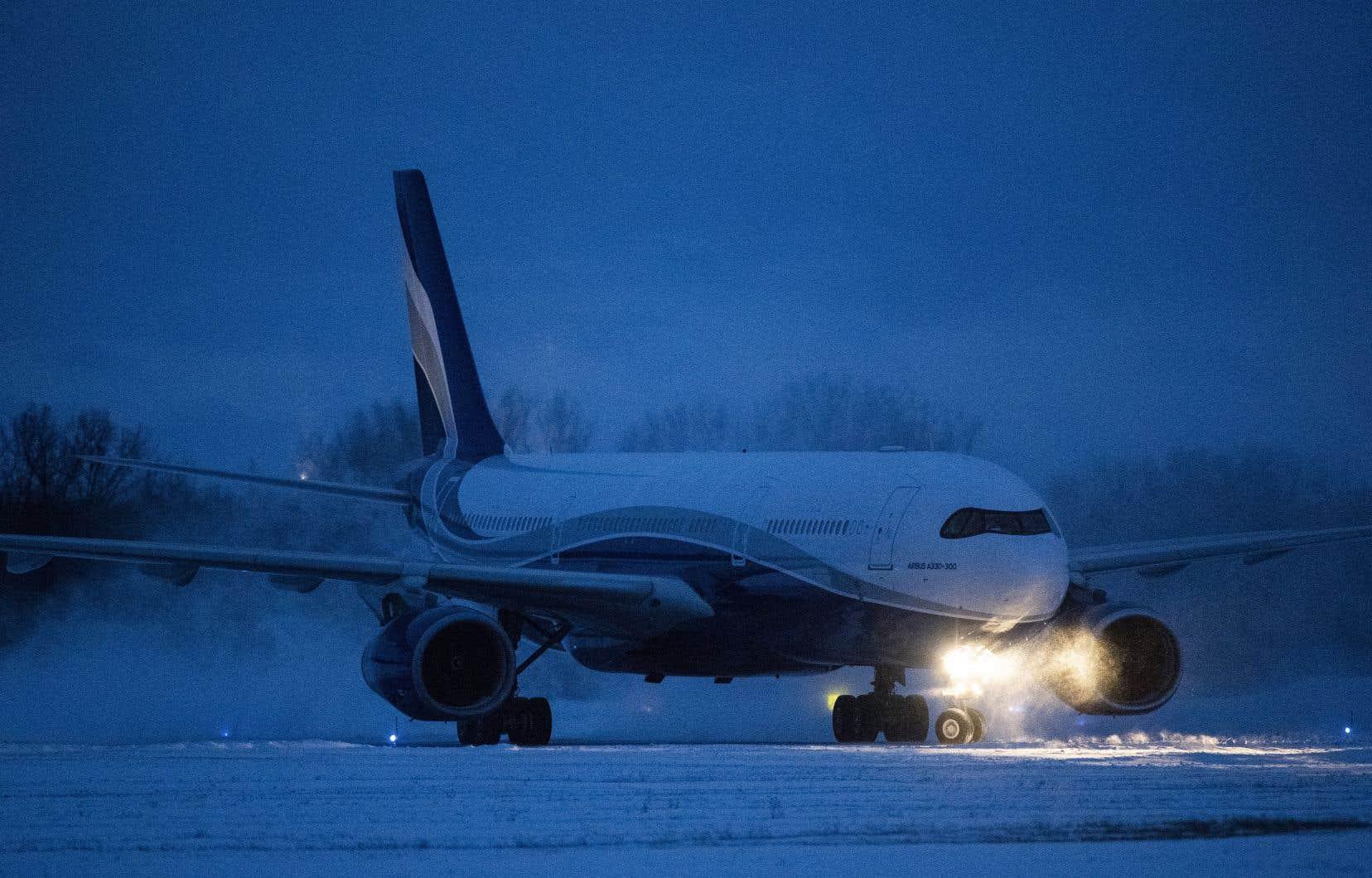 Vendredi, un premier avion rapatriant des Canadiens a atterri à la base militaire de Trenton, en Ontario.