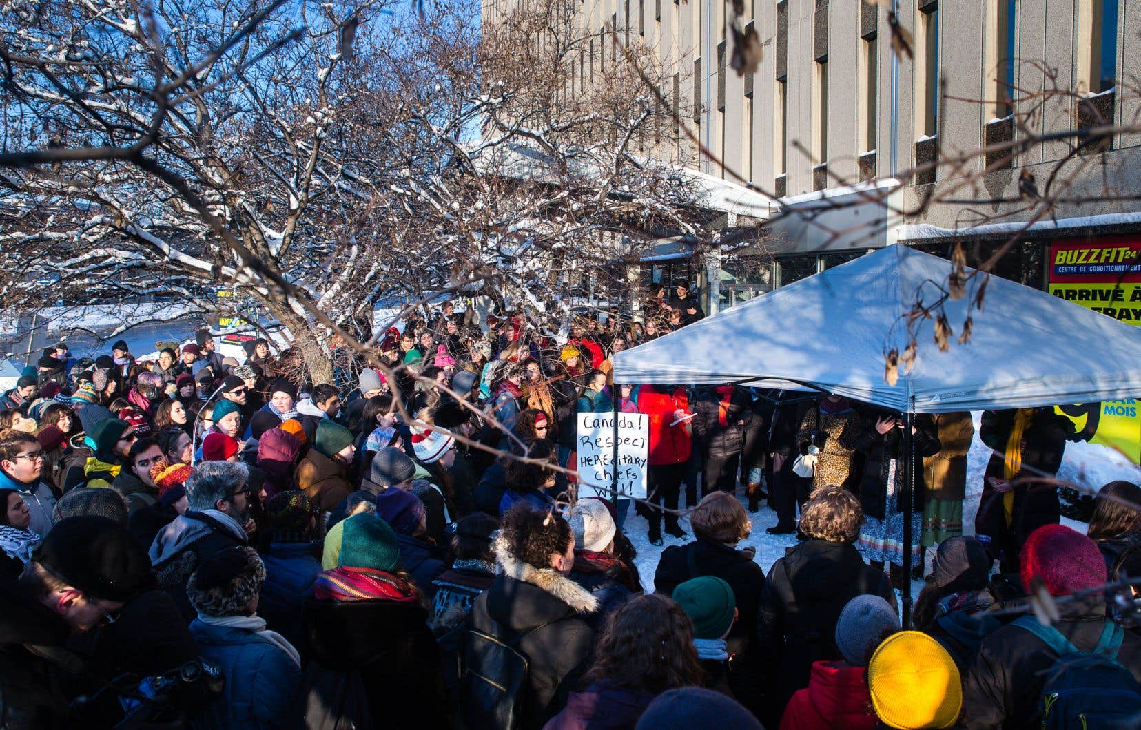 Les autochtones et leurs «alliés» se sont massés devant le bureau du député de Papineau à l'invitation de l'alliance des étudiants autochtones de l'Université McGill.