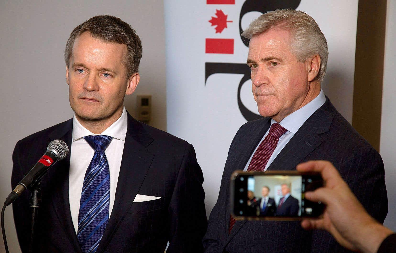 L'entente annoncée lundi par le ministre fédéral des Ressources naturelles, Seamus O'Regan (à gauche), et le premier ministre de Terre-Neuve et Labrador, Dwight Ball, vise à remplacer la structure financière présentée lorsque Ottawa a fourni des garanties de prêt.