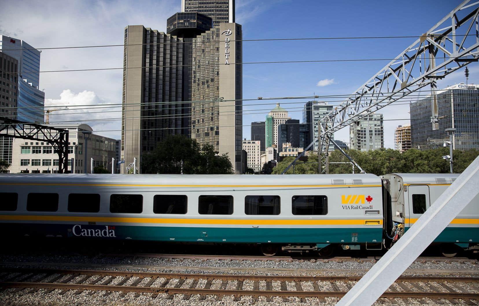 Le service de train de VIA Rail entre Montréal et Toronto et entre Ottawa et Toronto a encore été interrompu dans les deux directions, lundi.