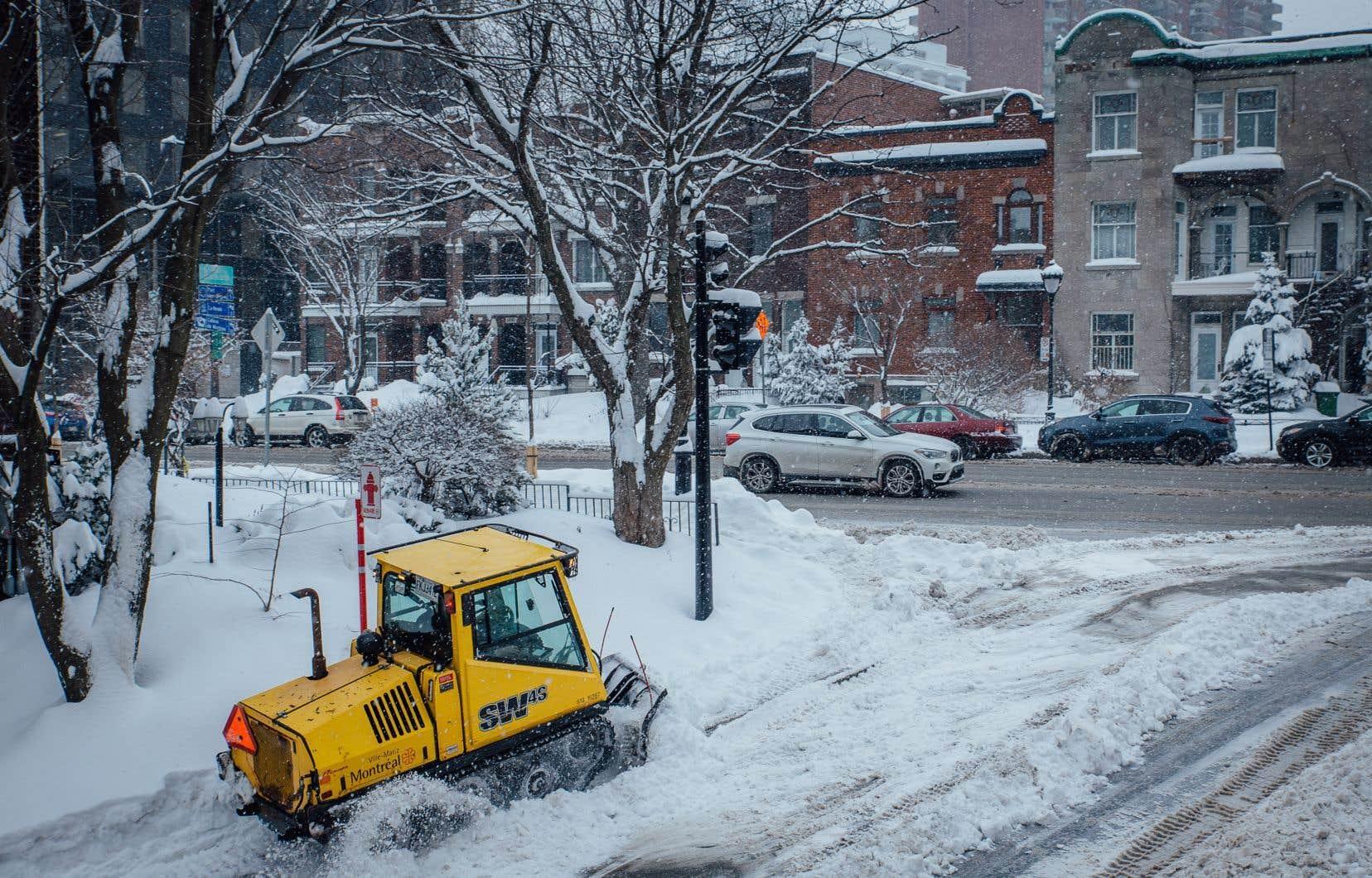 La Ville de Montréal demande aux automobilistes d'éviter de garer leur véhicule en angle et de respecter les interdictions de stationnement pour assurer le bon déroulement des opérations.