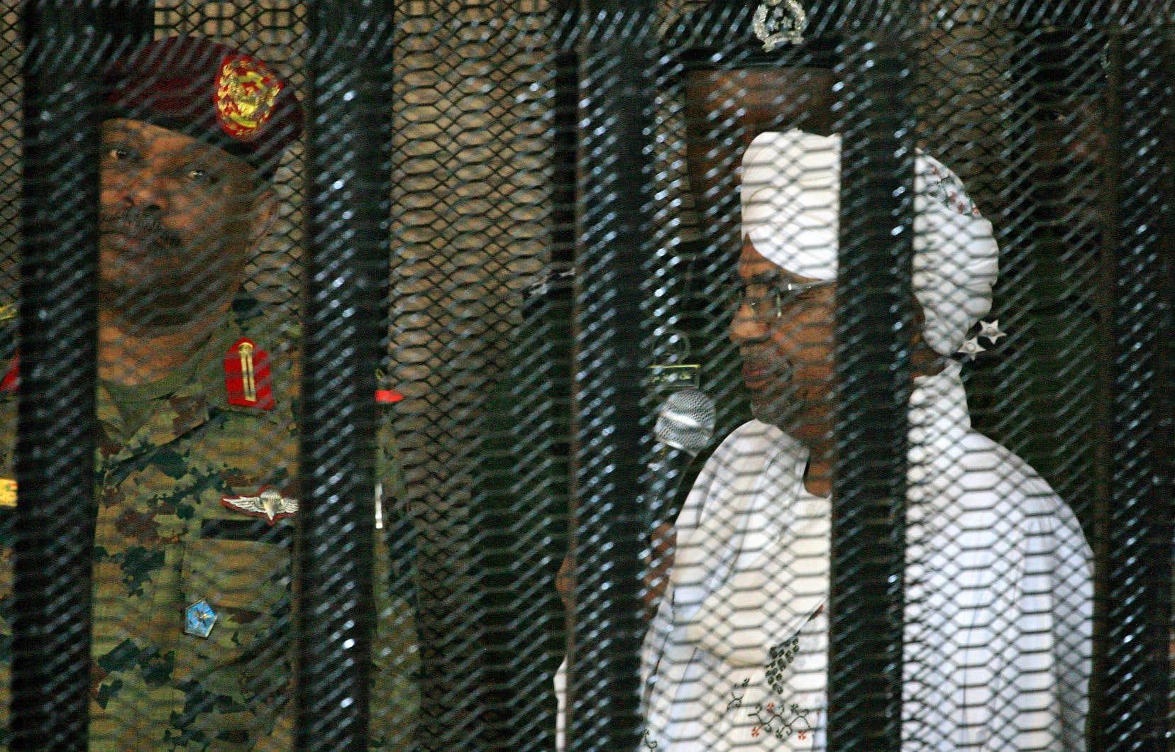 Incarcéré depuis sa destitution par l'armée en avril 2019, Omar el-Béchir est recherché depuis 2009 par la Cour pénale internationale pour «génocide», «crimes de guerre» et «crimes contre l'humanité» au Darfour.