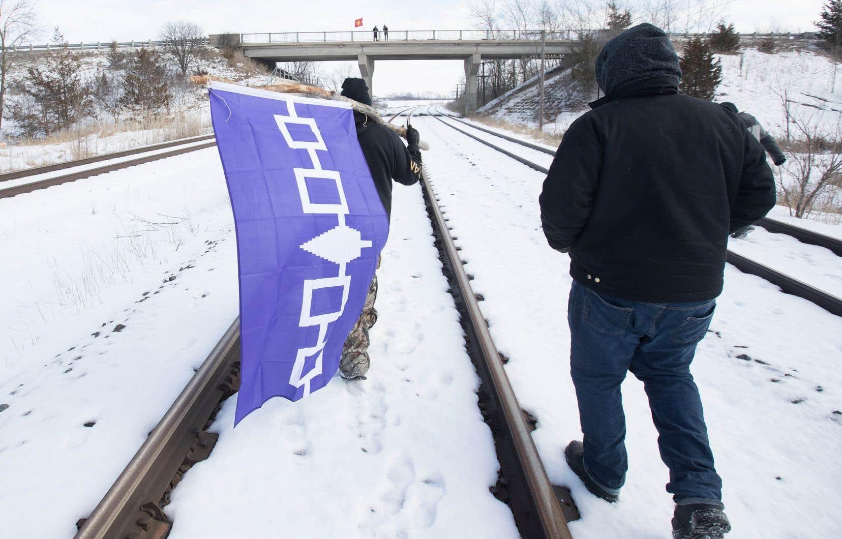Les manifestants bloquent plusieurs lignes ferroviaires au pays pour appuyer les opposants au projet de gazoduc Coastal GasLink, commeici sur le territoire mohawk deTyendinaga.
