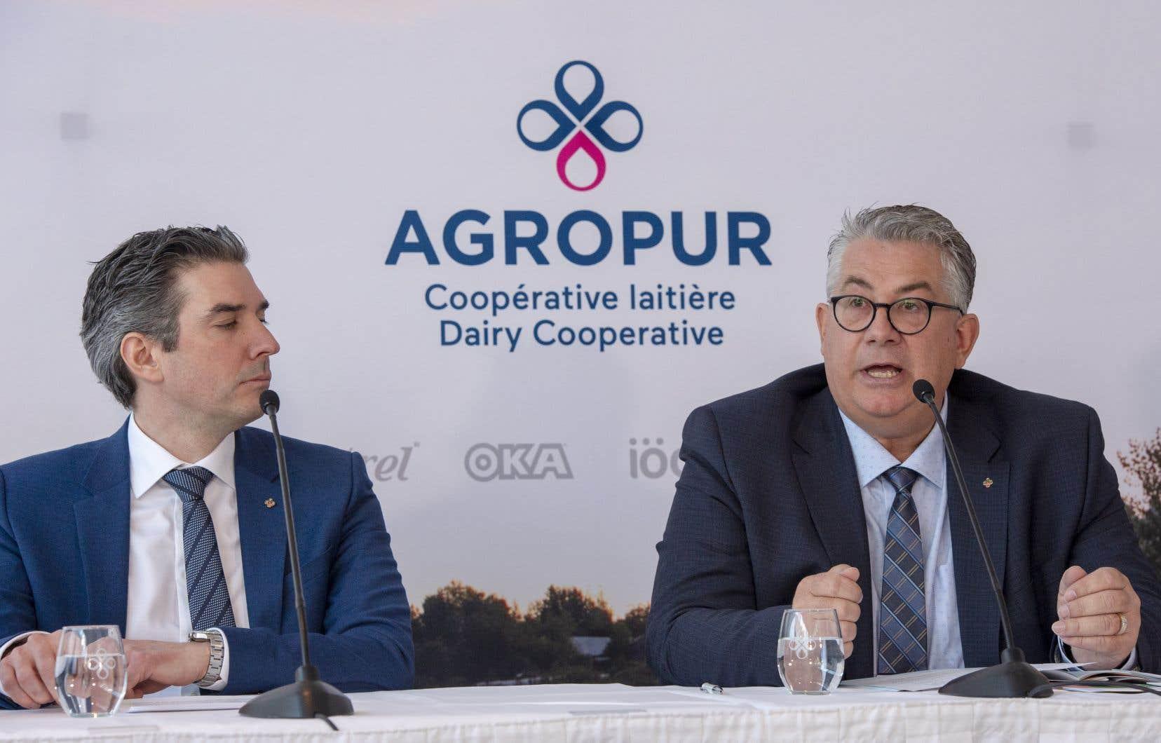 Le chef de la direction Émile Cordeau, à gauche, et le président d'Agropur, Roger Massicotte