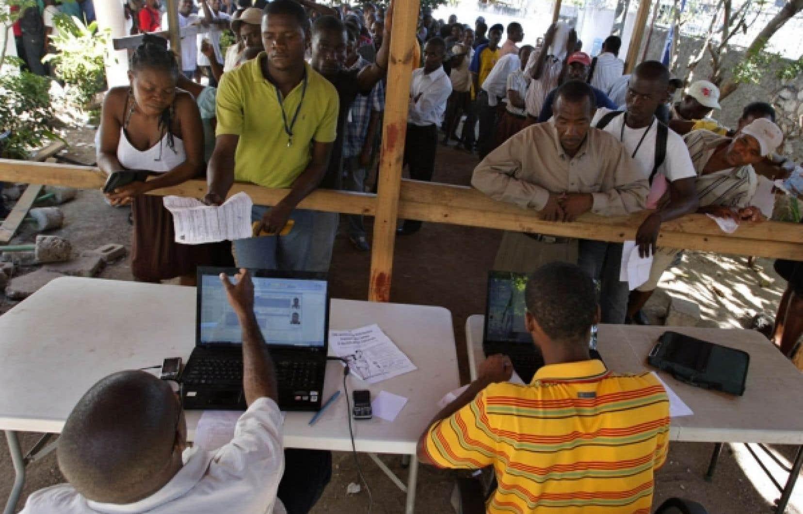 Des Haïtiens faisaient la file hier à Port-au-Prince pour recevoir leur carte d'identité.<br />