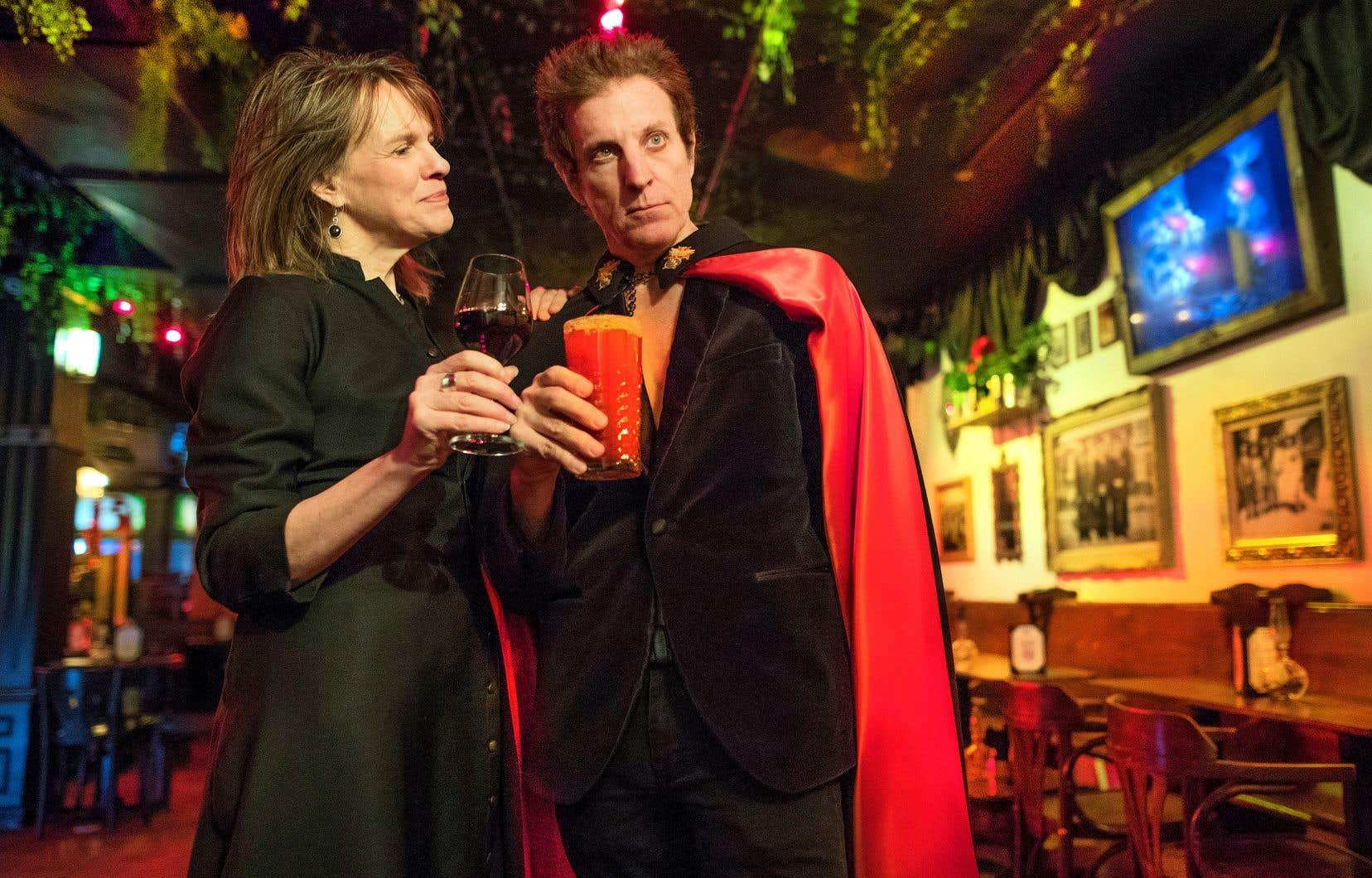 Joblo en soutane d'enfant de chœur trinquant avec David La Haye, l'incarnation du diable, au bar Bootlegger à Montréal. Conversation zéro tempérance sur l'amour, le vice et la vertu.