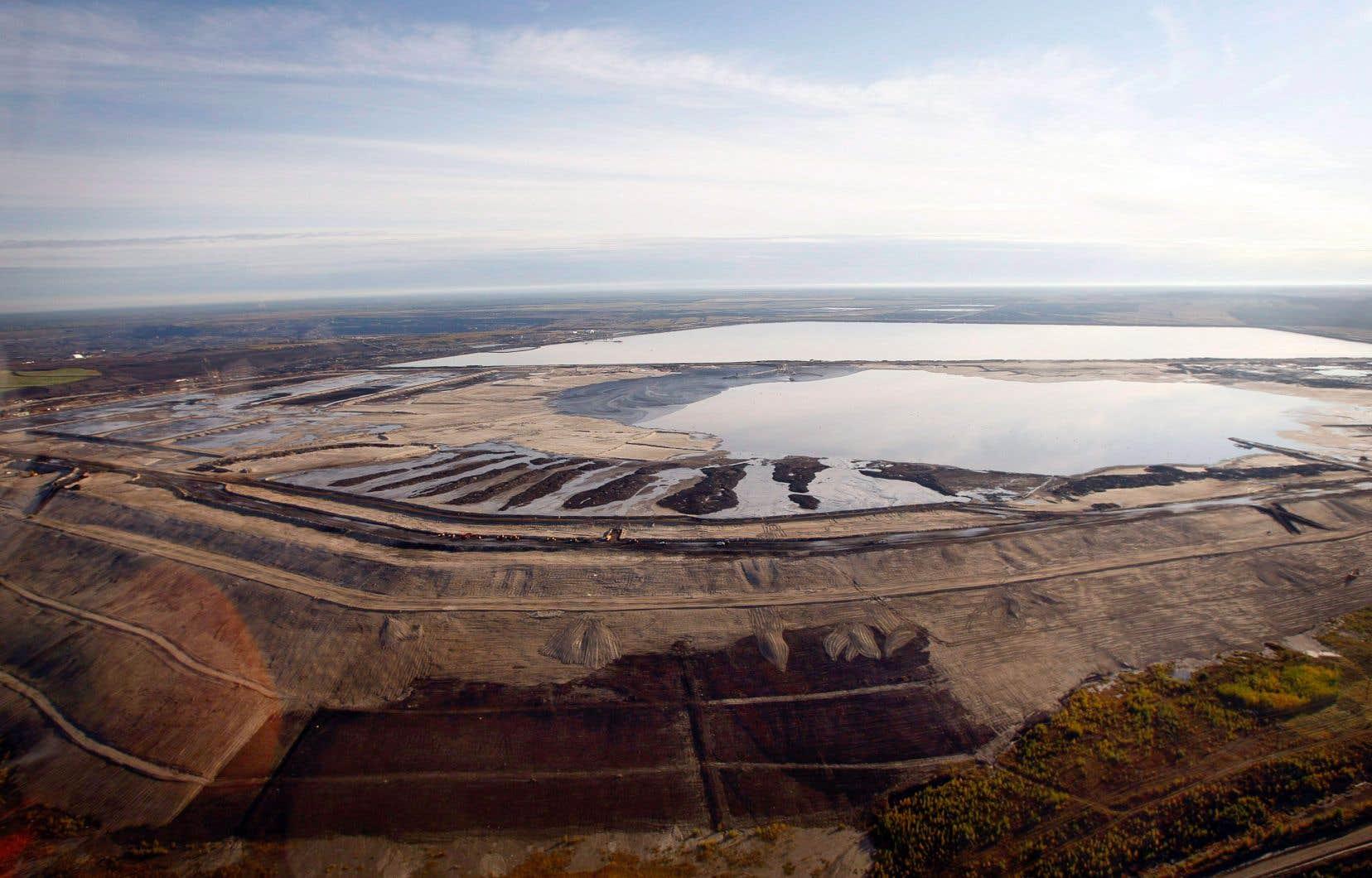 Plusieurs compagnies pétrolières étrangères ont mis en dormance ou ont carrément vendu leurs projets en cours dans les sables bitumineux albertains, dont Shell, Total, ConocoPhilips et Equinor.