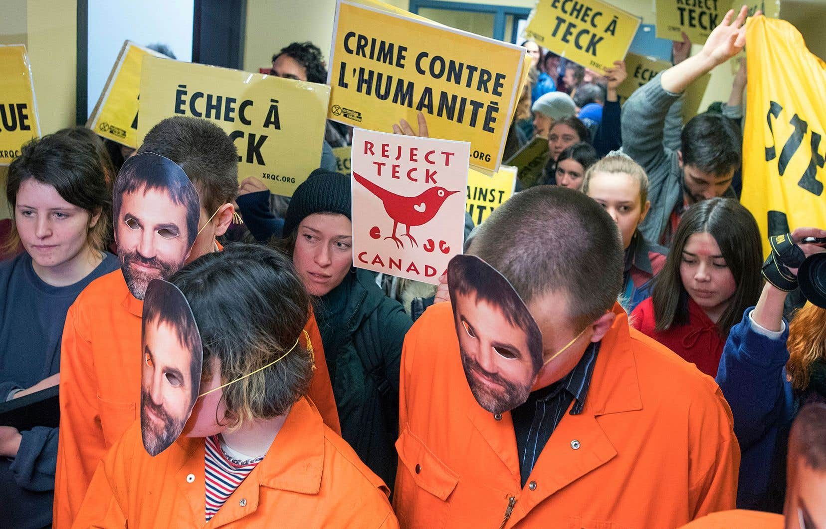 Des manifestants écologistes ont investi, vendredi, le bureau montréalais du ministre Steven Guilbeault.