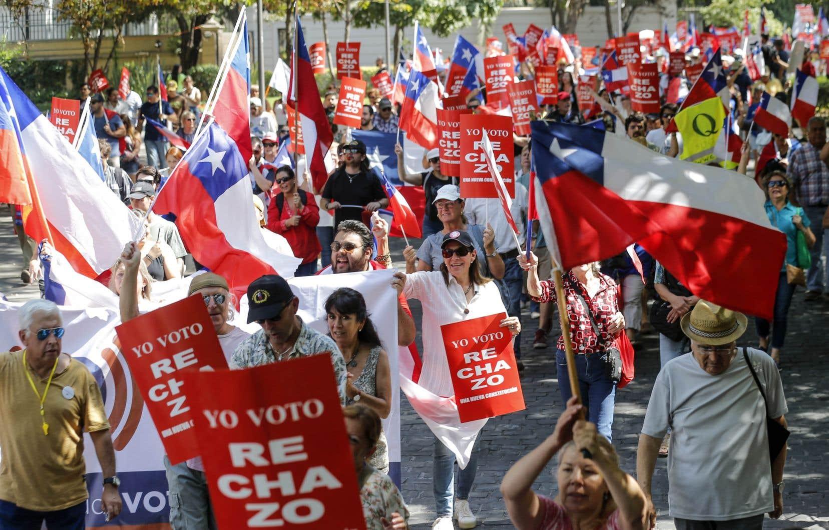 Ils étaient plus d'un millier à se rassembler devant l'École militaire pour défendre le maintien de l'actuelle Constitution. Les participants ont manifesté pacifiquement en portant des banderoles frappées du mot «rejet» (rechazo), en brandissant des drapeaux chiliens et en scandant des slogans hostiles à la gauche.