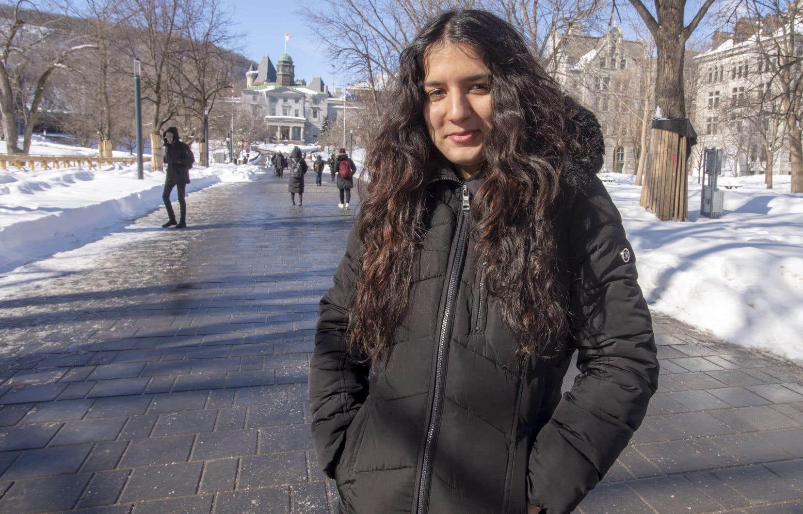 Sihem Youbi étudie à l'Université McGill pour devenir enseignante à l'école primaire. Elle a grandi dans un HLM du quartier Saint-Michel, à Montréal, et y habite toujours avec sa famille.