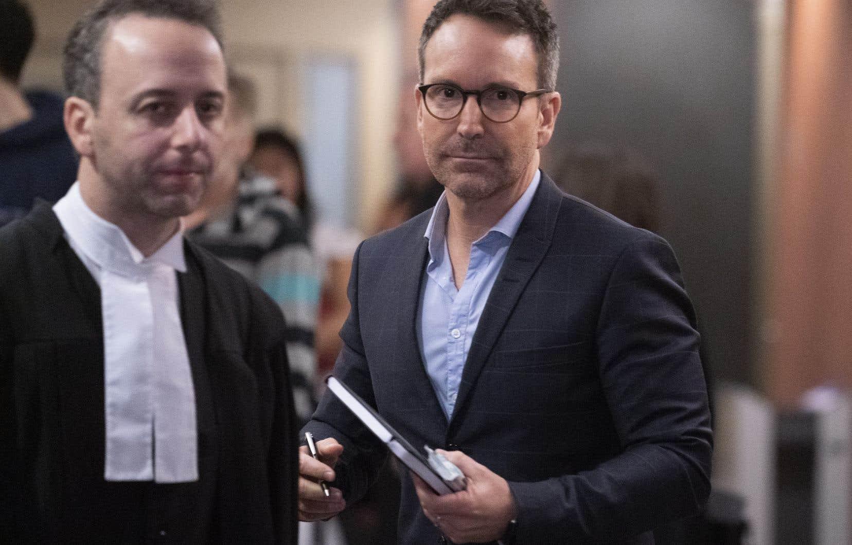 L'accusé, Éric Salvail, que l'on voit avec un de ses avocats, est apparu détendu au palais de justice de Montréal, où s'est ouvert lundi son procès pour harcèlement criminel et agression sexuelle.