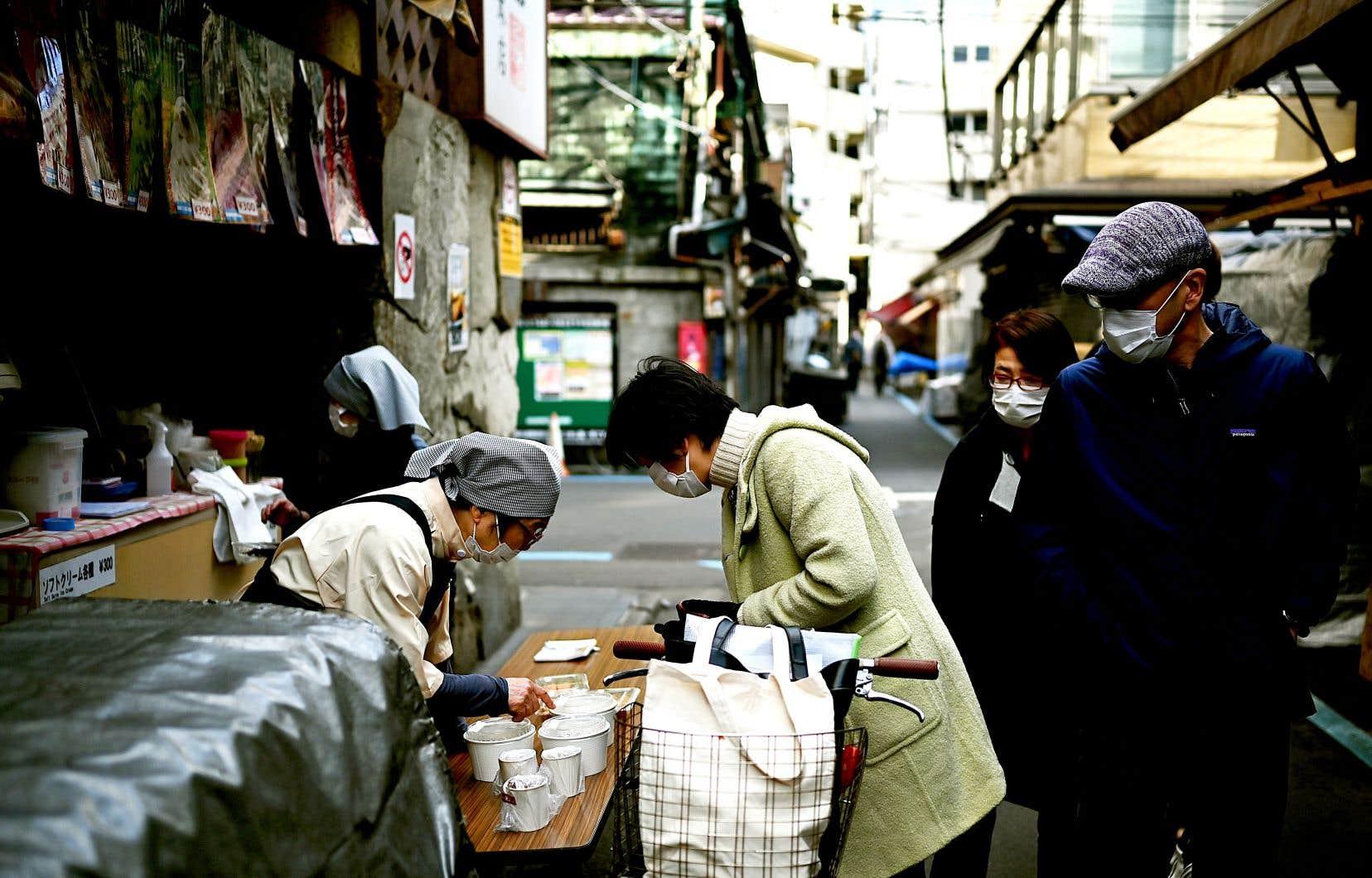 Les Tokyoïtes ont pris des mesures de protection contre le COVID-19 pour vaquer à leurs activités quotidiennes.
